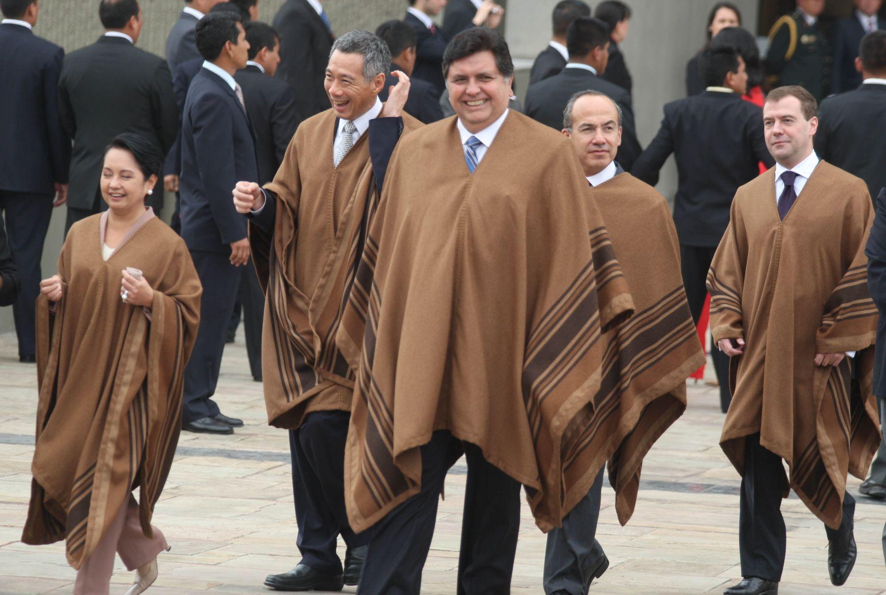 "APEC Leaders dress ""baby alpaca"" poncho for group photo . Photo: ANDINA / Piero Vargas"