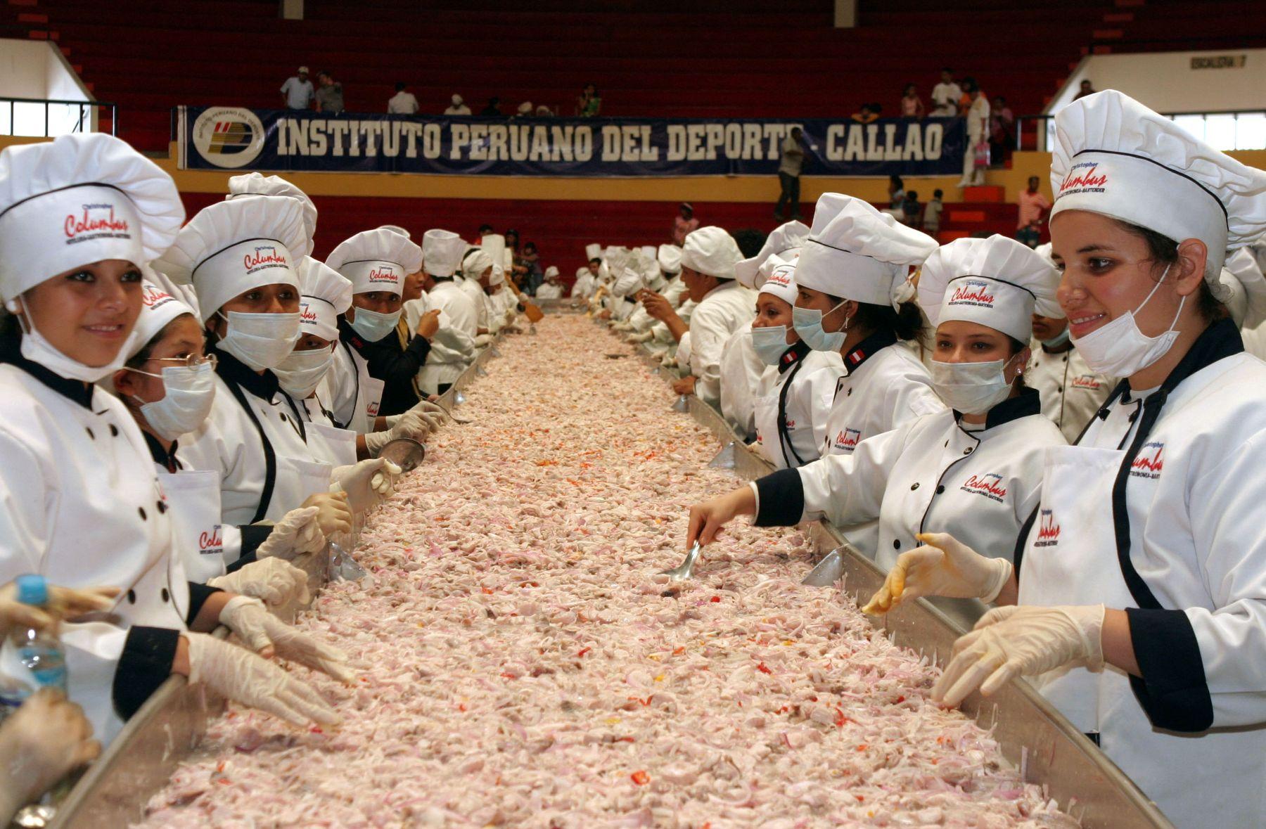 Chalacos preparan el ceviche más grande del mundo, con casi siete toneladas de pescado. Foto: ANDINA/Archivo.