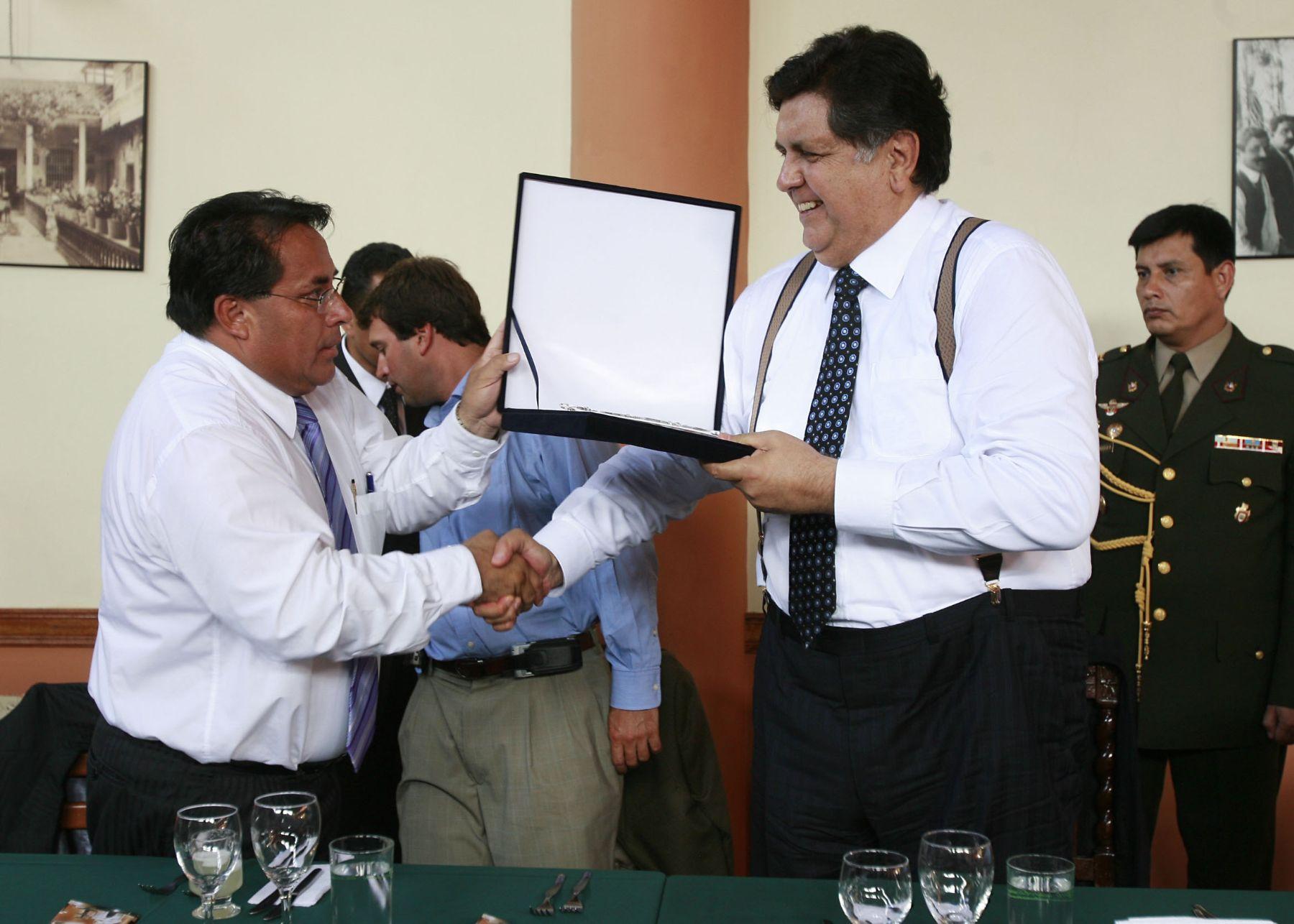 Ejecutivo continuará apoyando obras de municipios limeños, asegura ...
