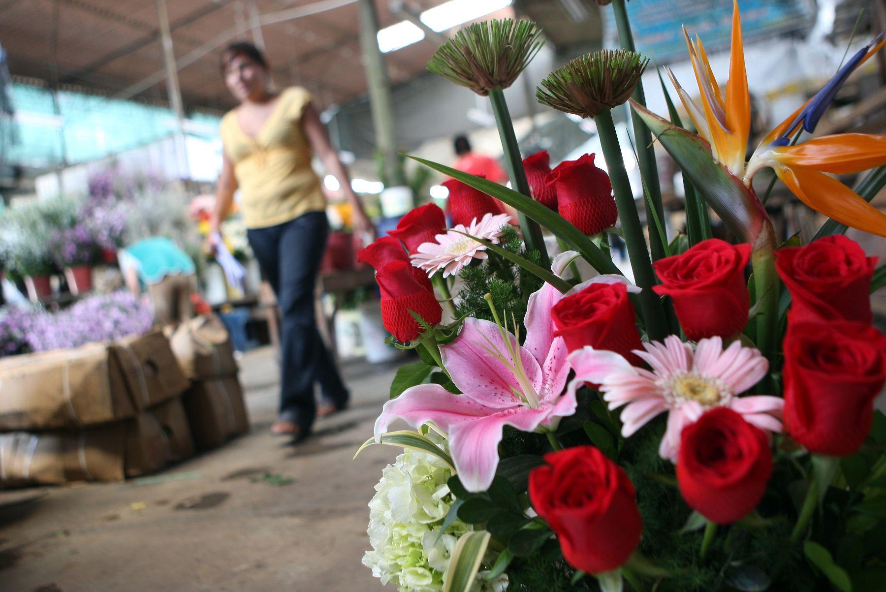 Público Acude A Mercados De Flores Para Adquirir Rosas Y