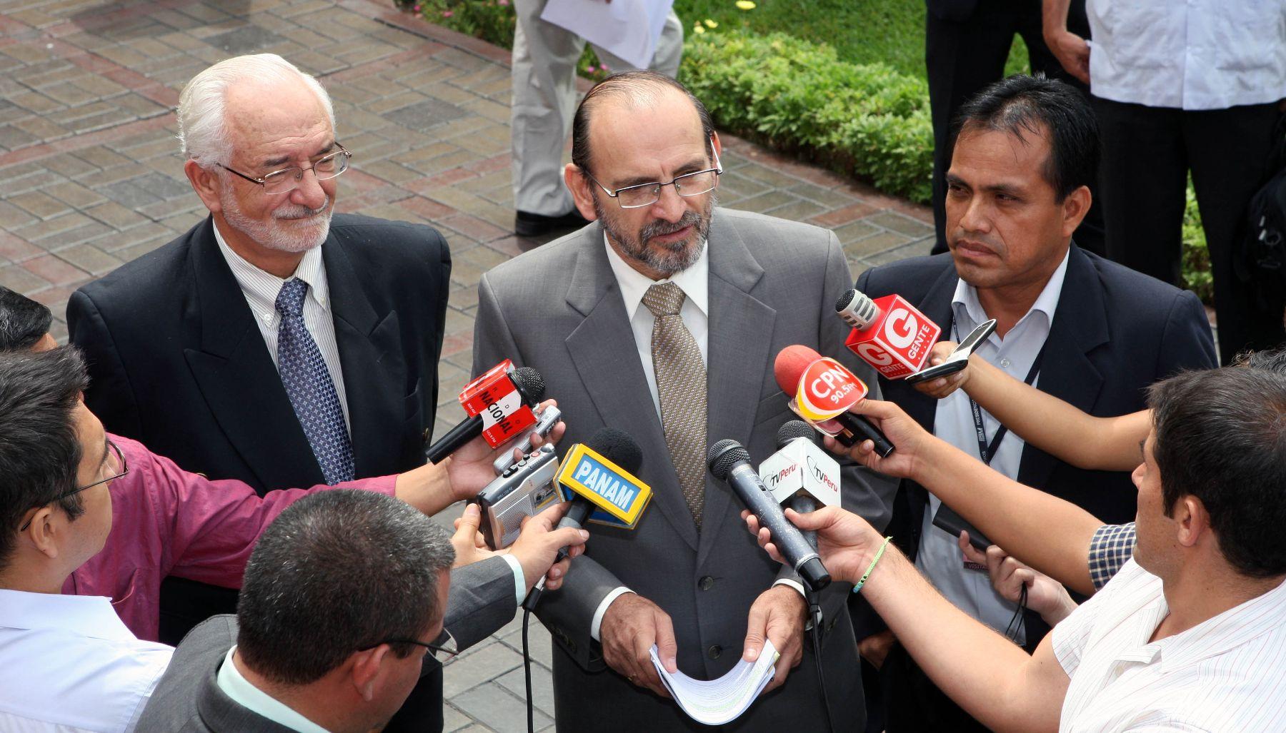 Presidente del Consejo de Ministros, Yehude Simon, declara a la prensa en la PCM.Foto: ANDINA / Norman Córdova.