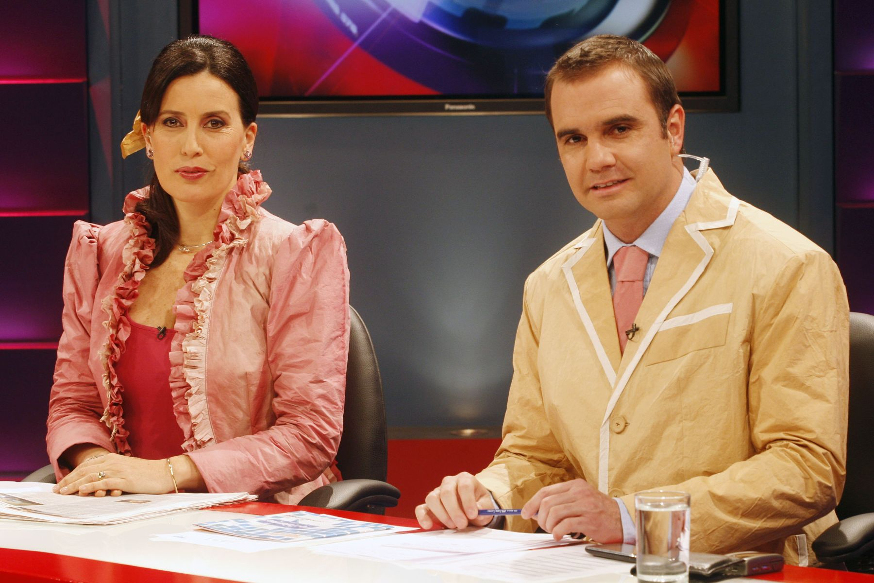 Raúl Tola y Sol Carreño vistieron trajes de papel reciclado durante ...