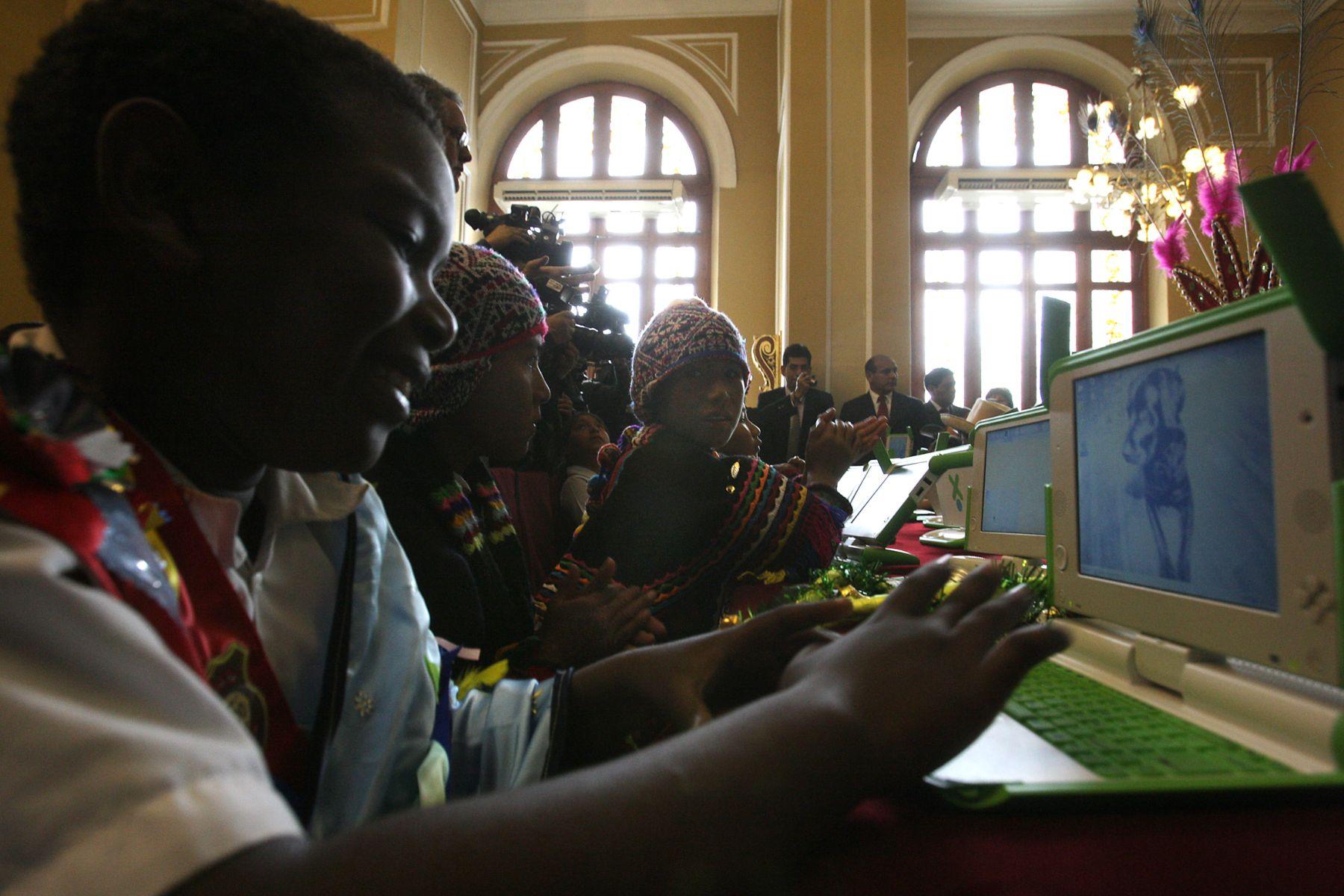 """Programa """"Una laptop por niño"""" llegará al 100% de escuelas de primaria en 2011. Foto: ANDINA/Archivo."""