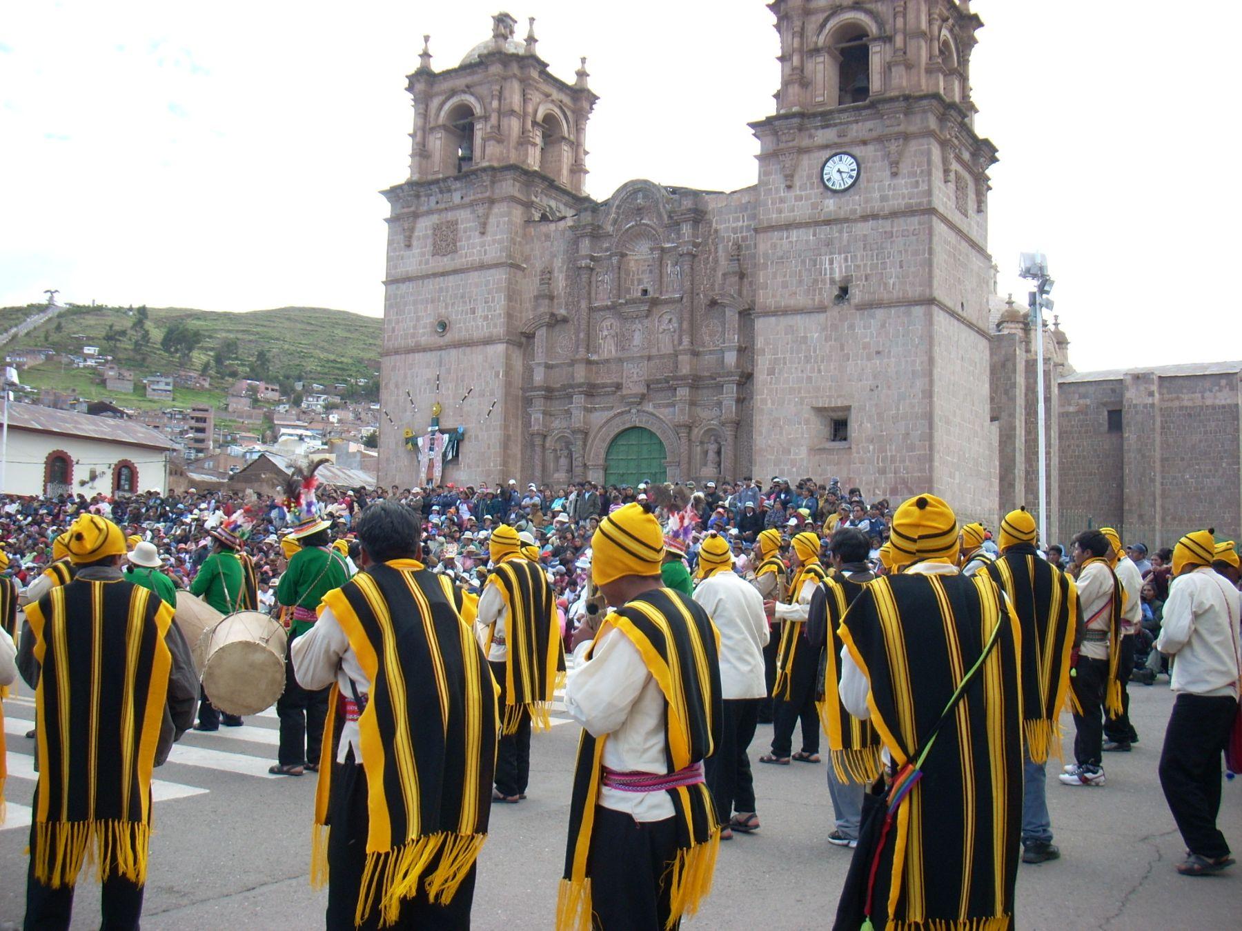 Conjuntos de danzas recorren las calles de Puno en homenaje a la Virgen de la Candelaria. Foto: ANDINA / Atilio Alejo.