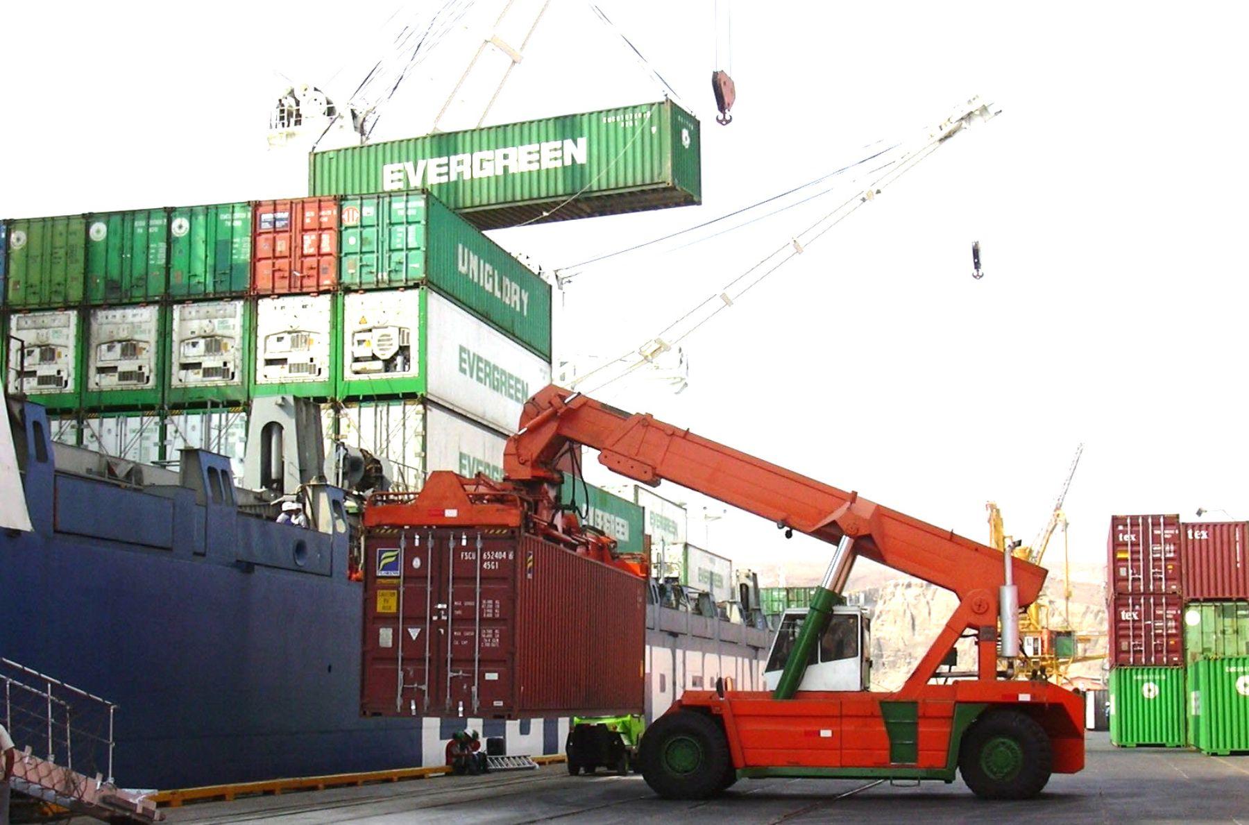 Movimiento de contenedores a cargo de Tramarsa.