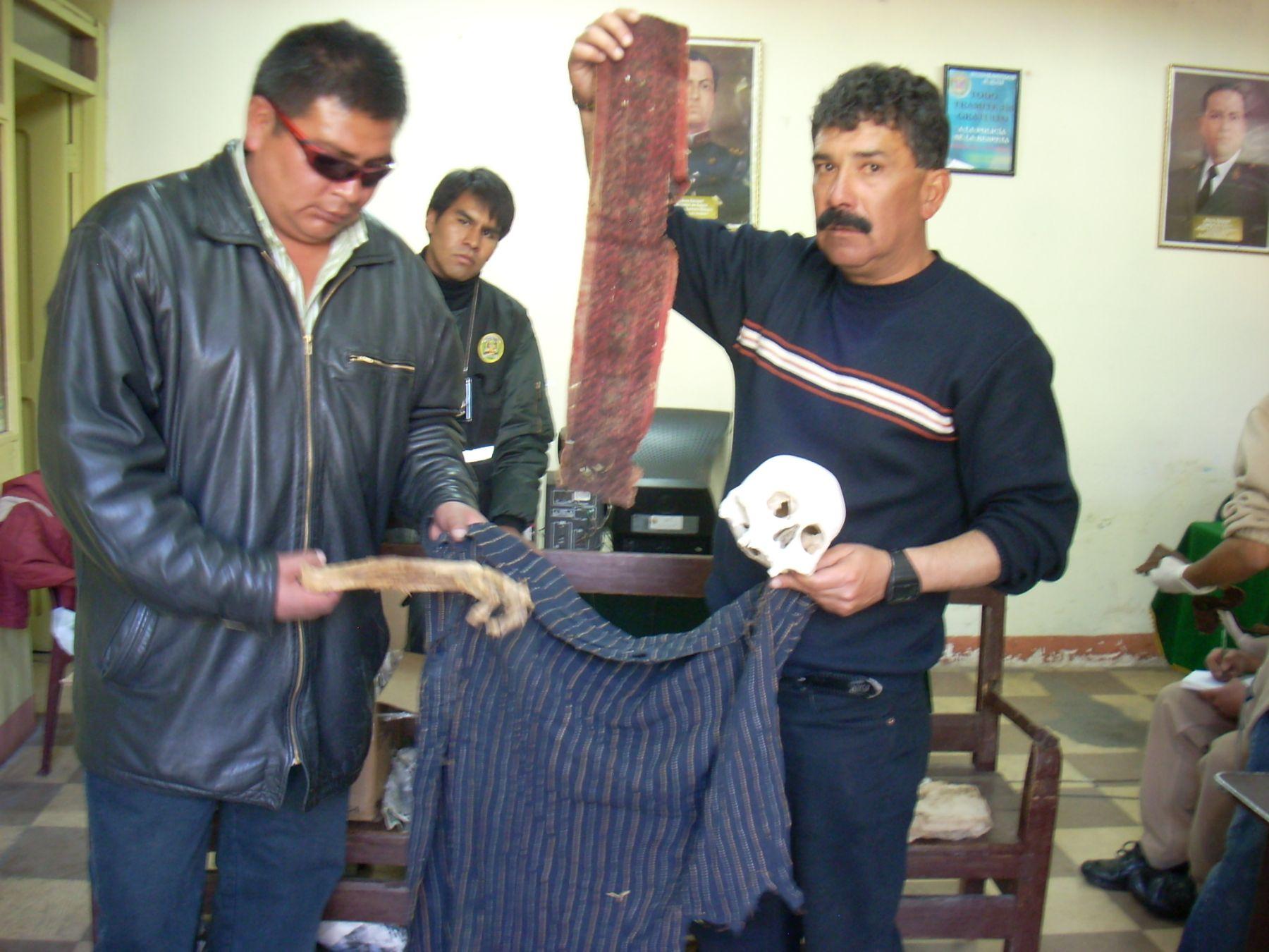 Policía recuperó 30 cráneos, restos óseos, seis mantos, 16 hondas, 12 fajas, dos penachos con plumas naranjas en perfecto estado de conservación, que serían de la cultura Nasca. Foto: ANDINA / Atilio Alejo.