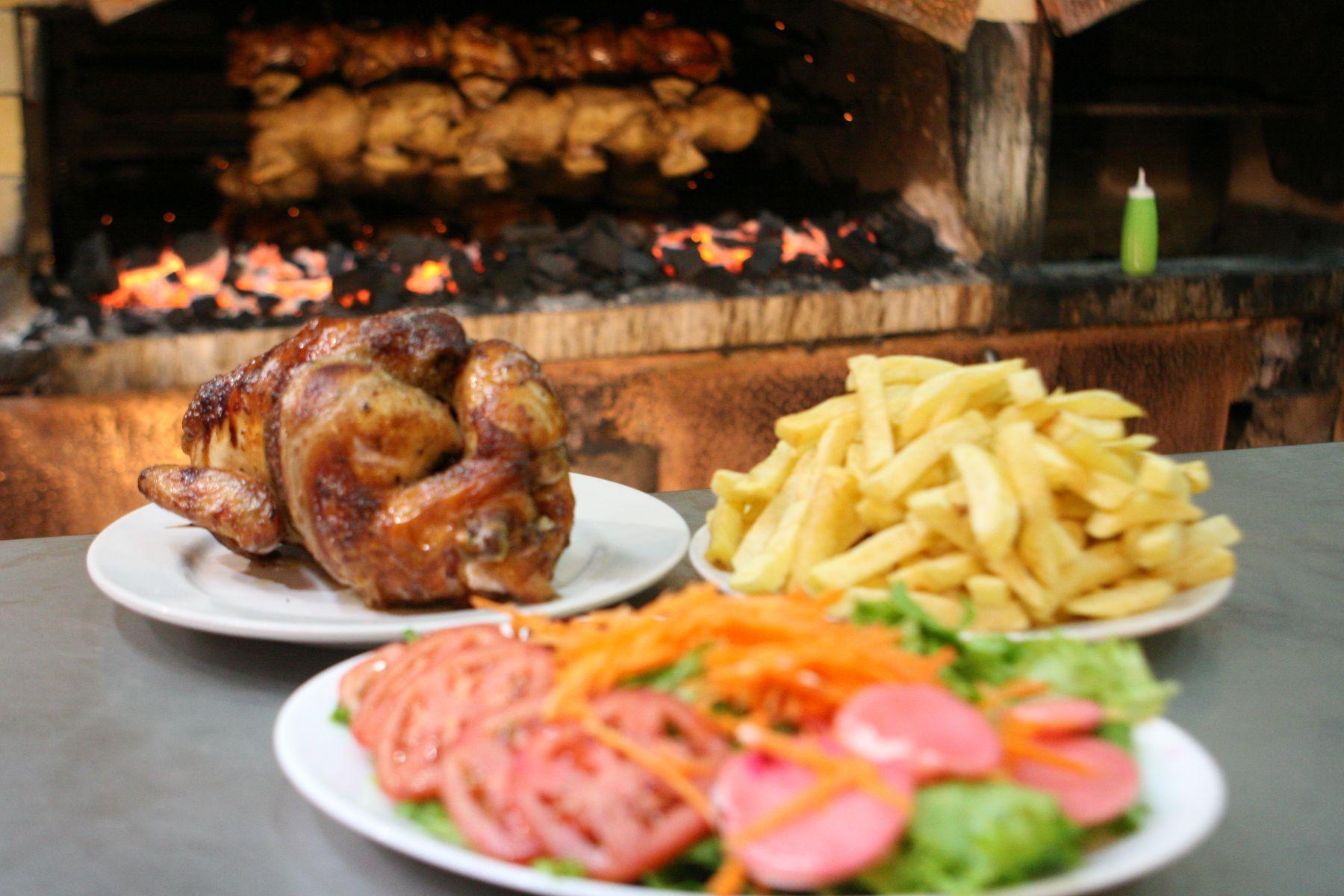 Oficializan el tercer domingo de julio como el Día del Pollo a la Brasa
