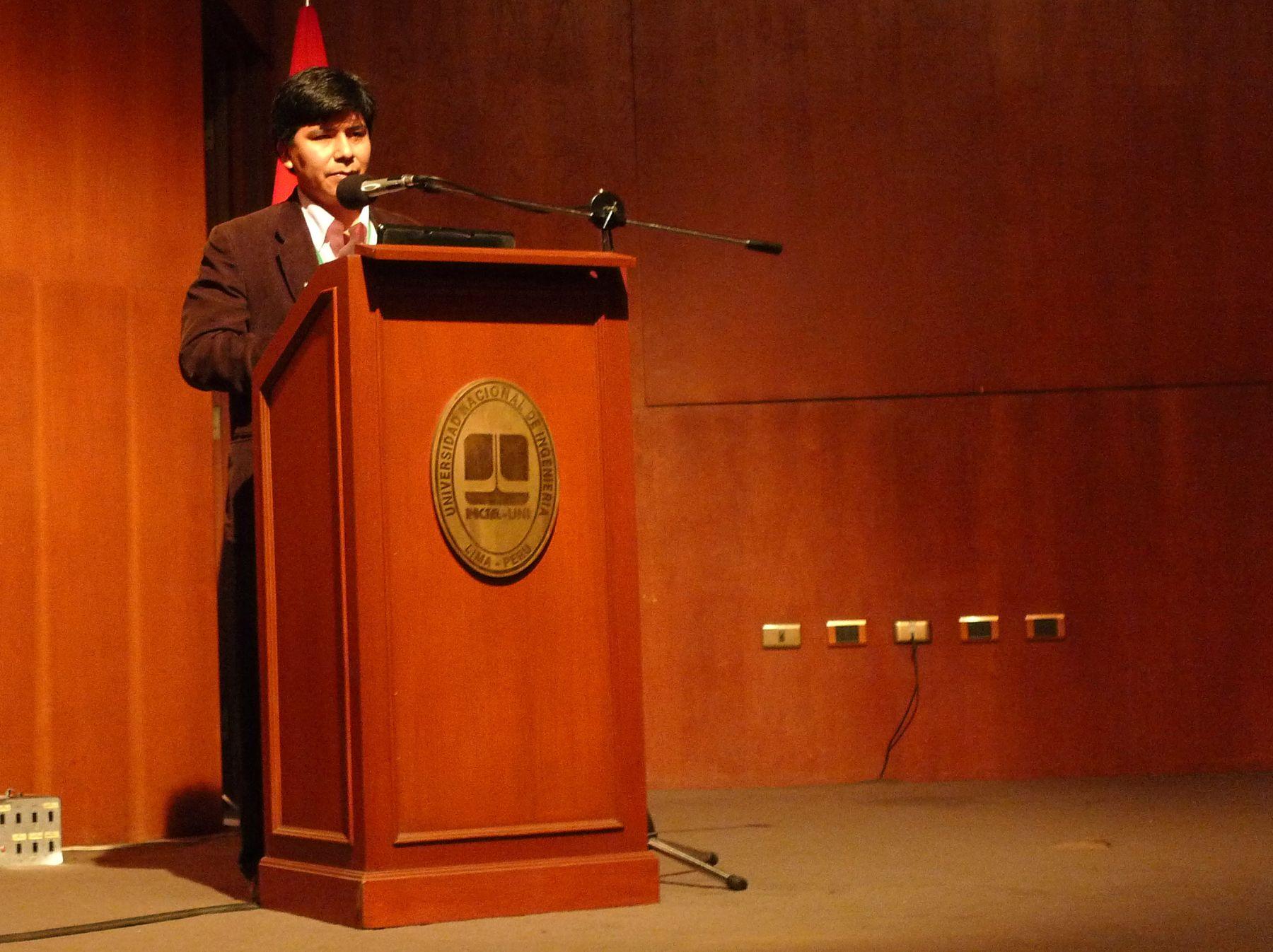 Mario Carhuapoma expone en Encuentro Científico Internacional. Foto: ANDINA/Josimar Cóndor.