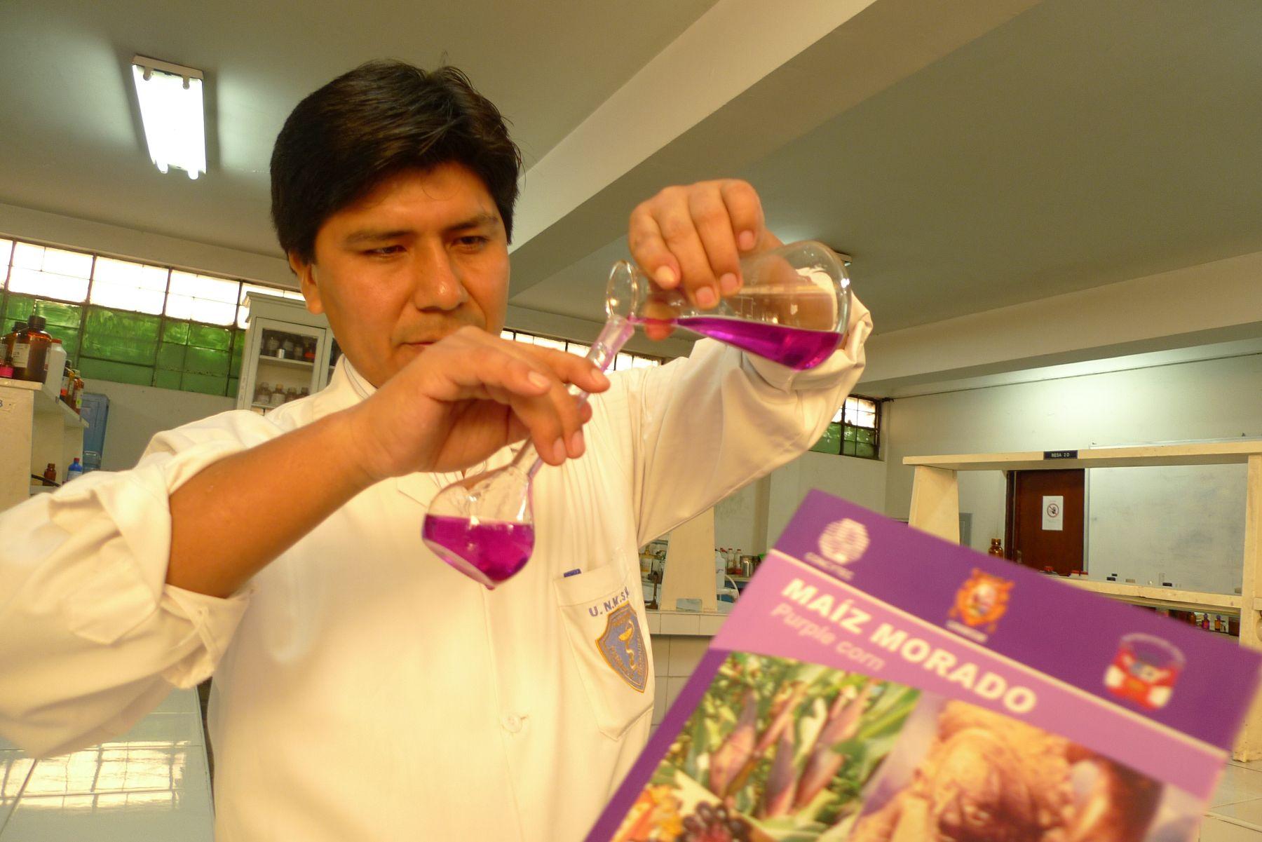 Doctor Mario Carhuapoma analiza propiedades antioxidantes del pigmento del maíz morado. Foto: ANDINA/Josimar Cóndor.