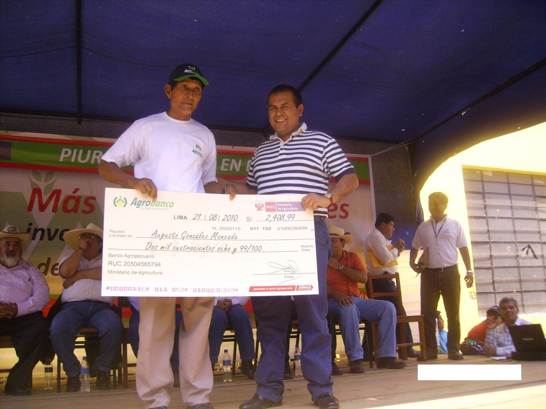 El presidente del directorio de Agrobanco, Marcos Gasco Arrobas, junto a productor de mango de Chulucanas. Foto: Agrobanco.