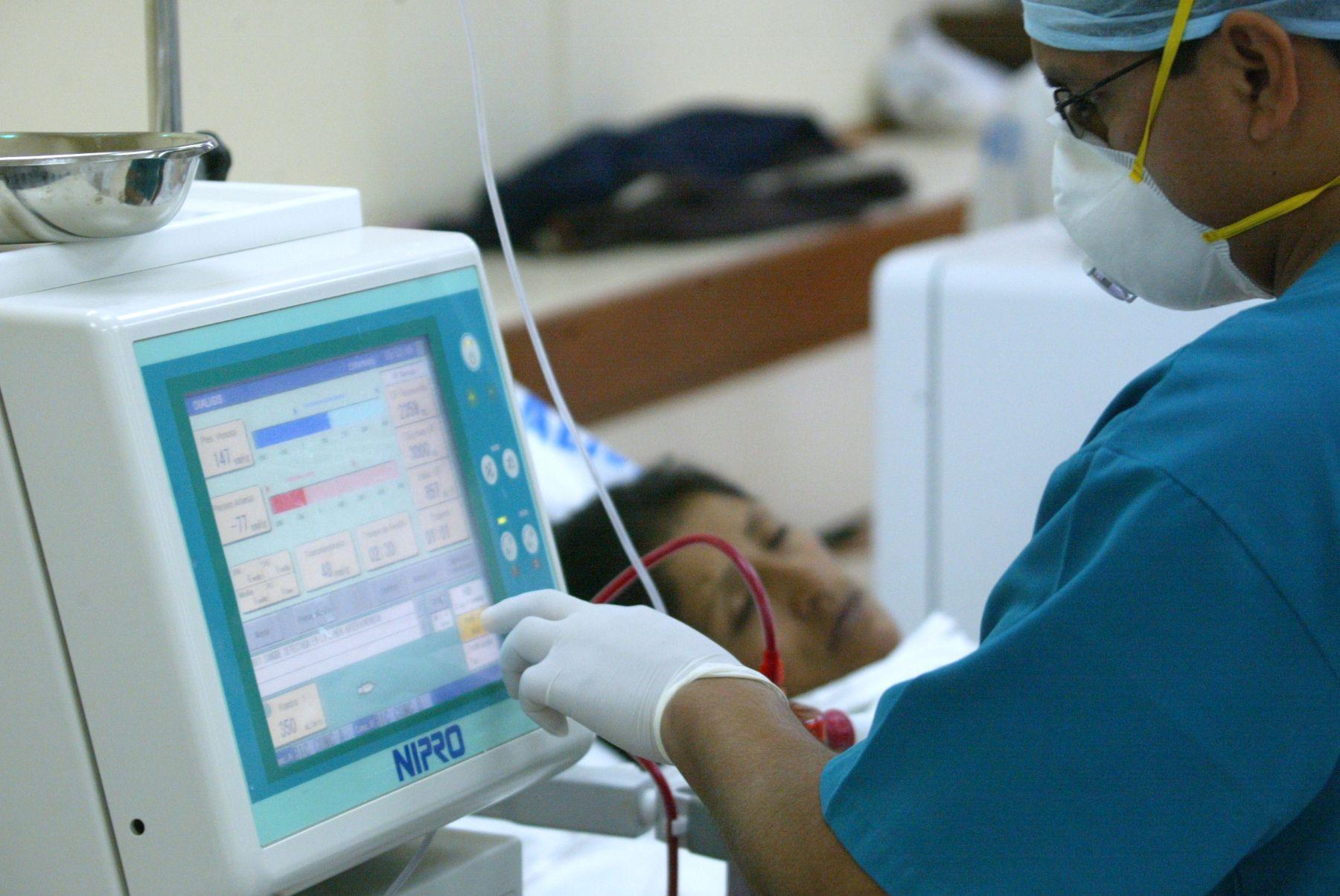 Un paciente renal recibe tratamiento de diálisis. ANDINA/archivo