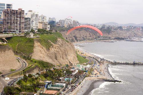 El parapente es un deporte de aventura que se practica en la Costa Verde de Lima. Foto: ANDINA/Carlos Lezama