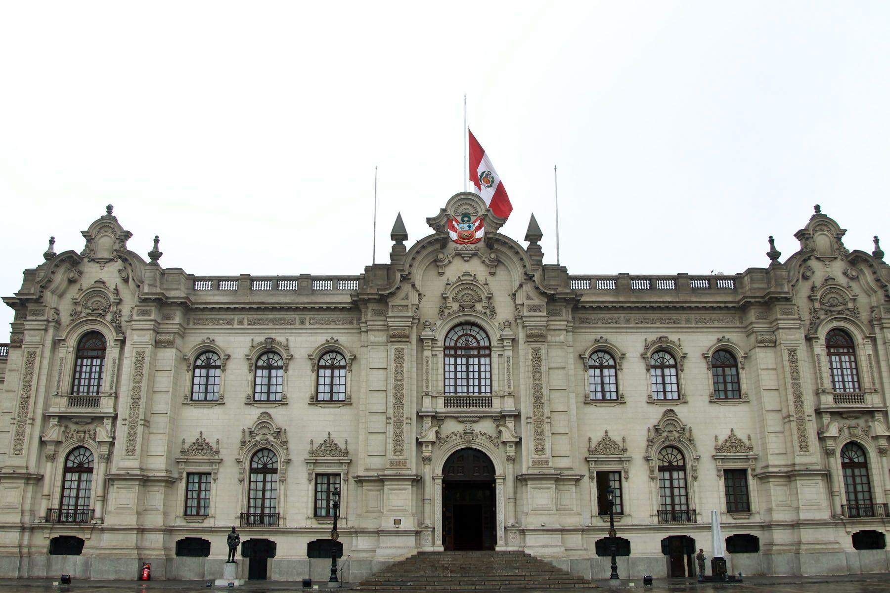Pabellón Nacional a media asta, en Palacio de Gobierno,en señal de duelo por el fallecimiento del ex presidente de Argentina, Néstor Kirchner. Foto : Sepres