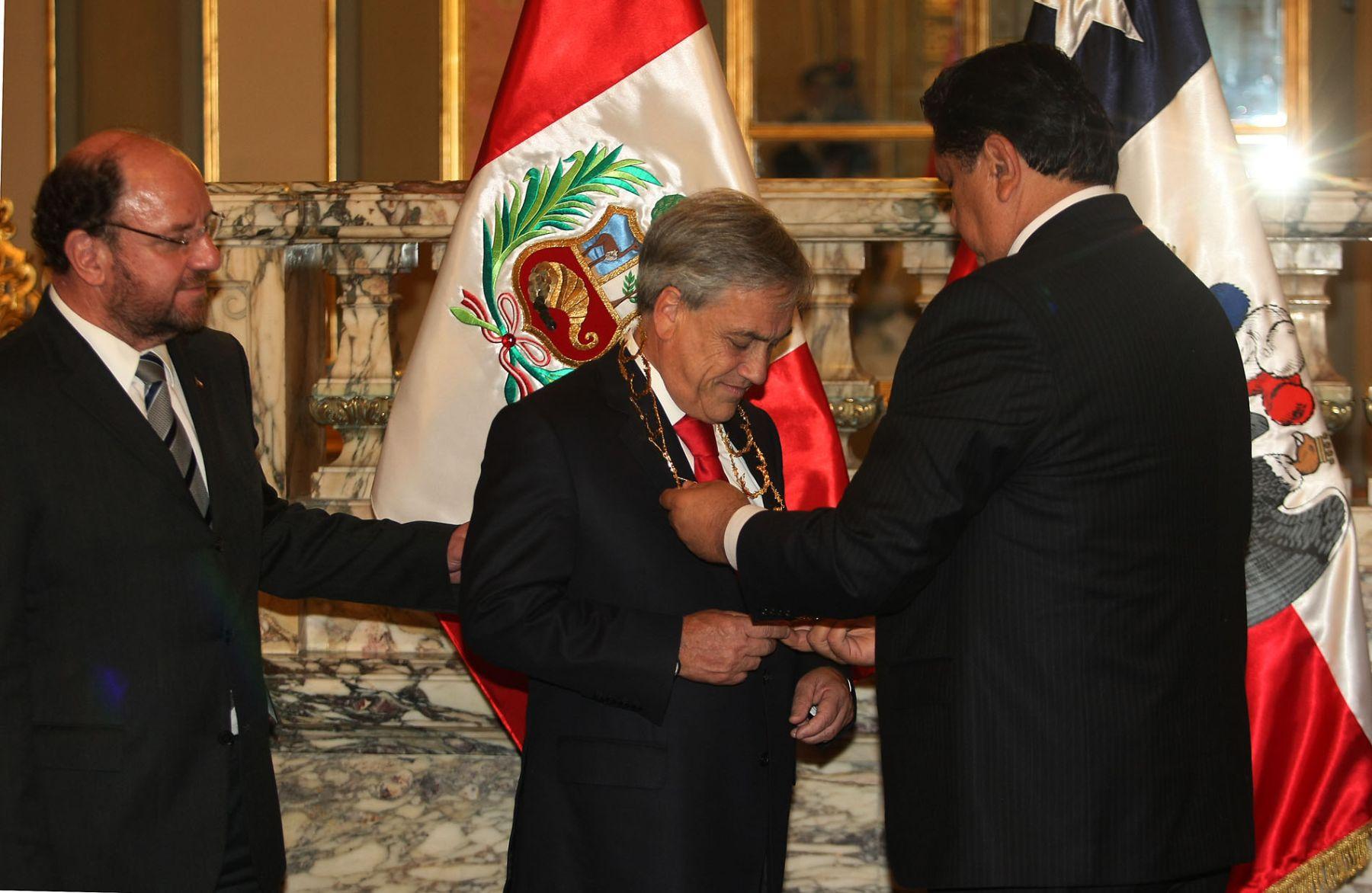 El Jefe del Estado, Alan García, condecora al presidente de Chile, Sebastián Piñera, con el Gran Collar de la Orden El Sol del Perú en el Grado de Gran Cruz con Brillantes. Foto: ANDINA/Vidal Tarqui.