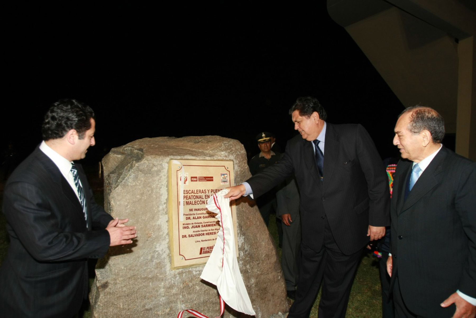 Jefe del Estado Alan García, inaugura puentes peatonales en la Costa Verde. Foto: Sepres