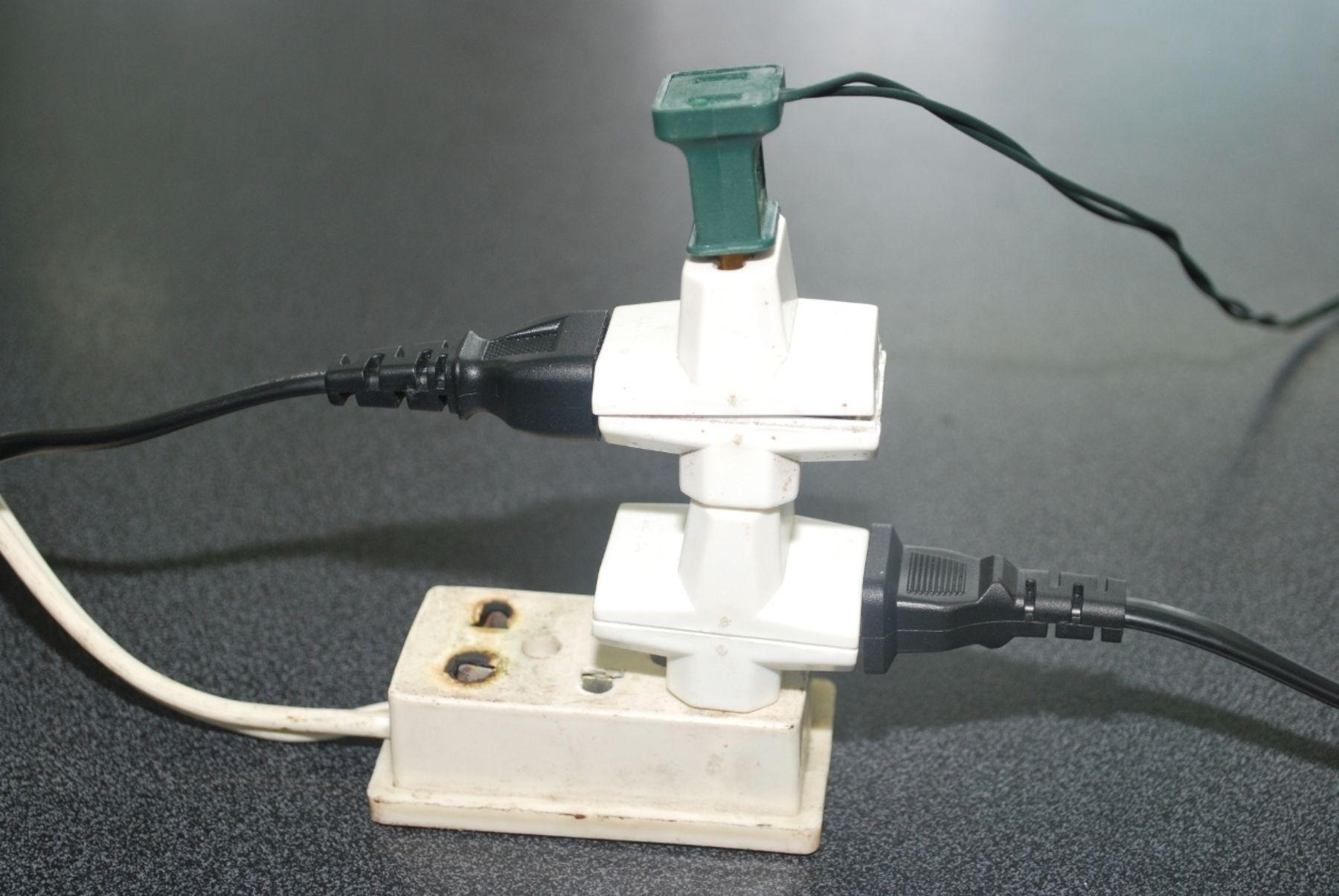 Conectar varios equipos eléctricos en un solo tomacorriente, puede sobrecargar la capacidad del cableado y originar un cortocircuito e incendio. Foto: ANDINA/Difusión