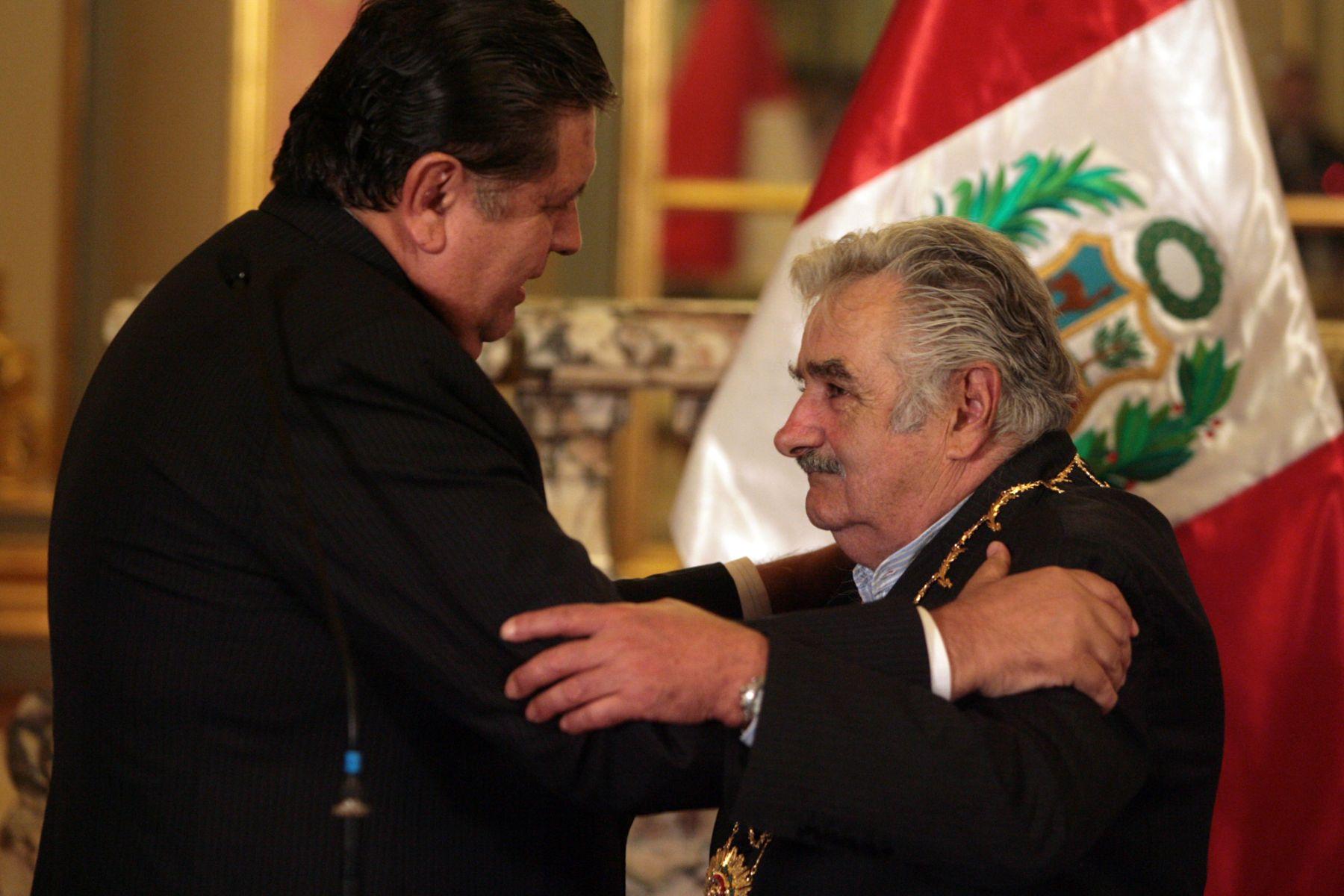 El presidente de la República Alan García condecoró con la Orden del Sol del Perú, a su homólogo uruguayo José Mujica, en Palacio de Gobierno.  ANDINA/ César García