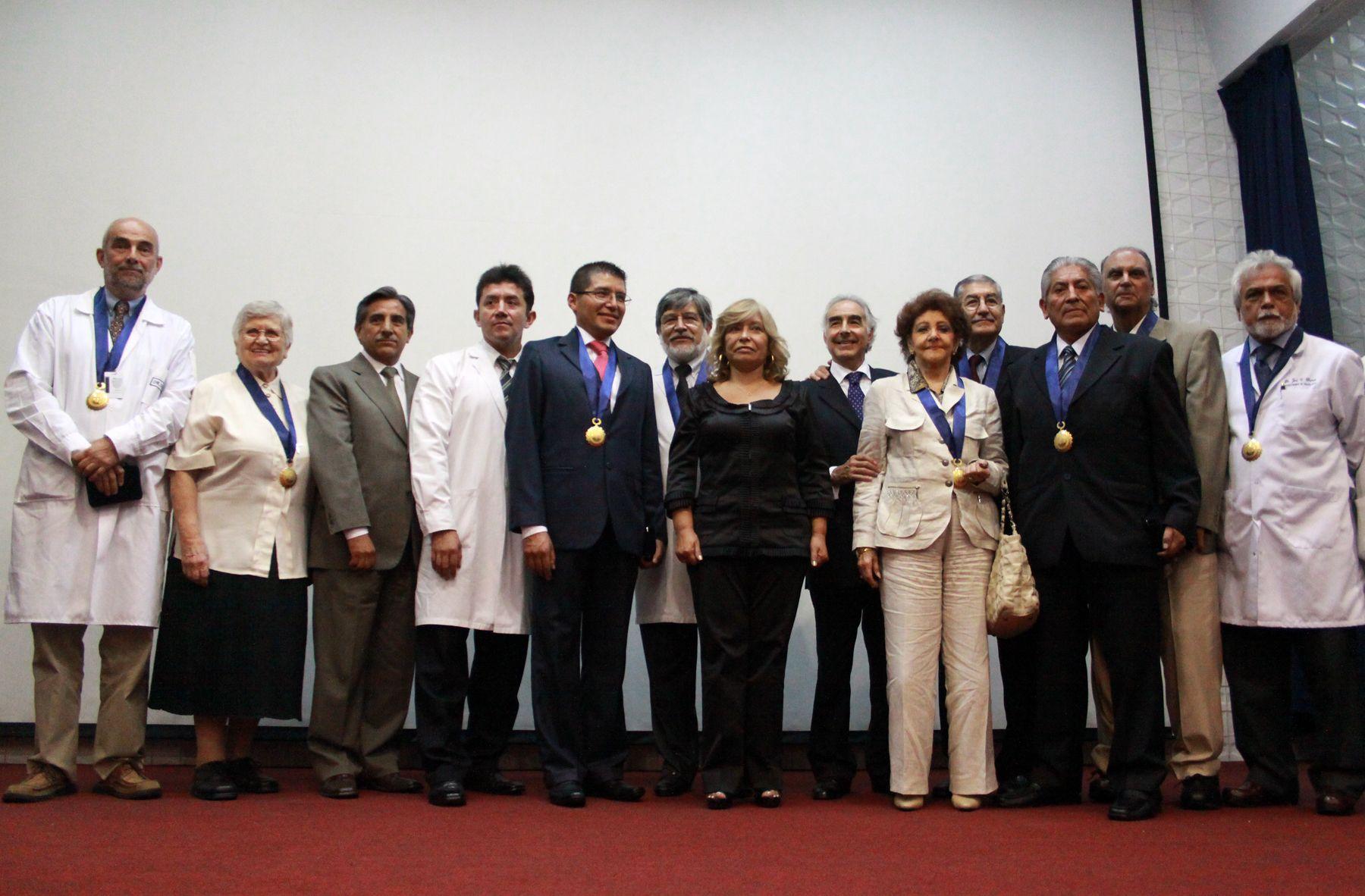 El Hospital Almenara condecora a Profesionales de la Salud que han contribuido al desarrollo de la Medicina Peruana presidida por el titular de ESSALUD Félix Ortega. Foto: ANDINA/Jessica Vicente