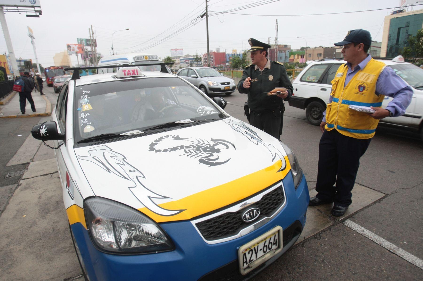 La municipalidad de Lima realizó esta mañana un operativo contra los colectivos informales de la vía Expresa. Foto: ANDINA/Juan Carlos Guzmán Negrini.