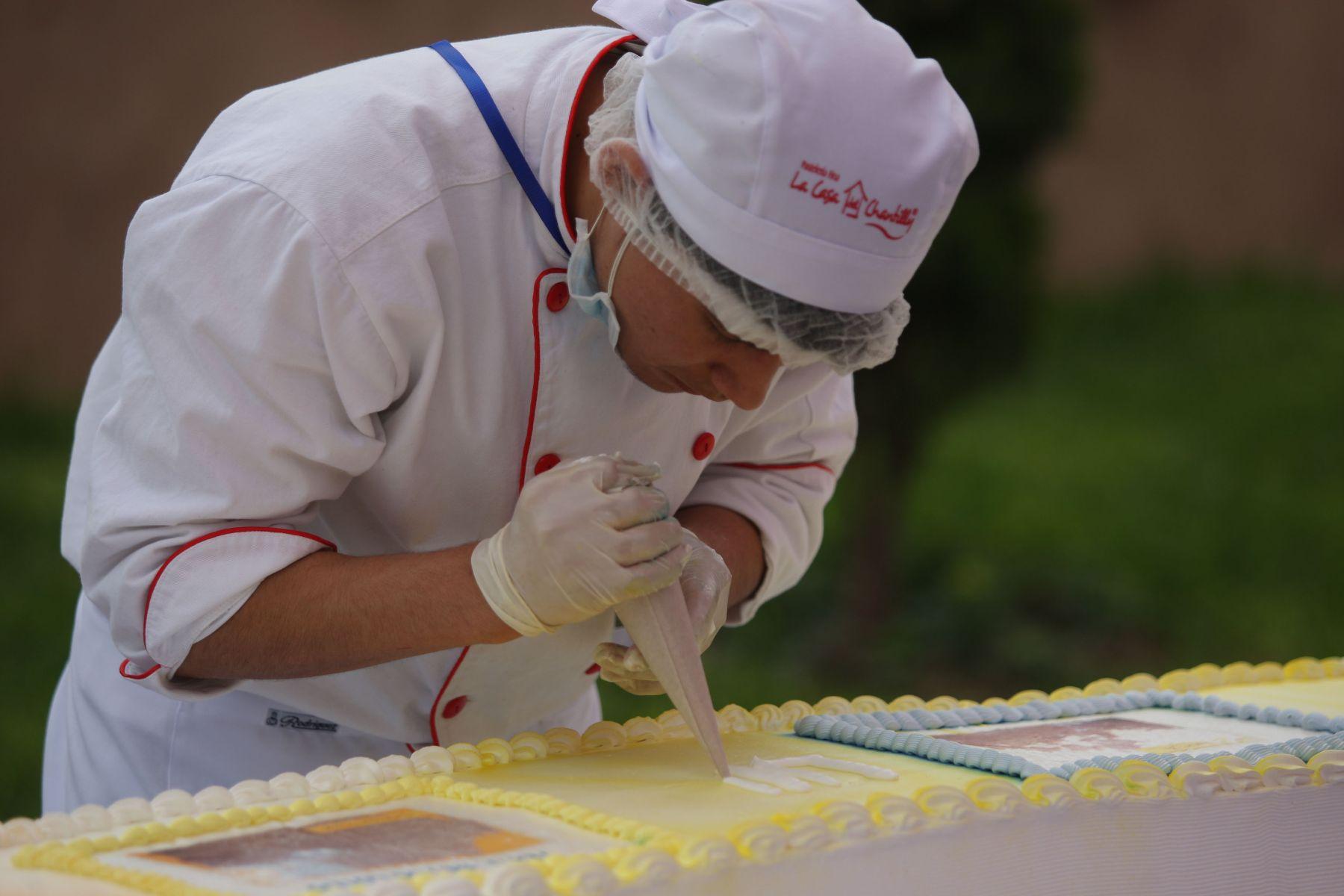 Cien cocineros y estudiantes de repostería participan en la elaboración de la torta más grande del mundo en el Centro Cívico del distrito de Comas. Foto: ANDINA/ Héctor Vinces