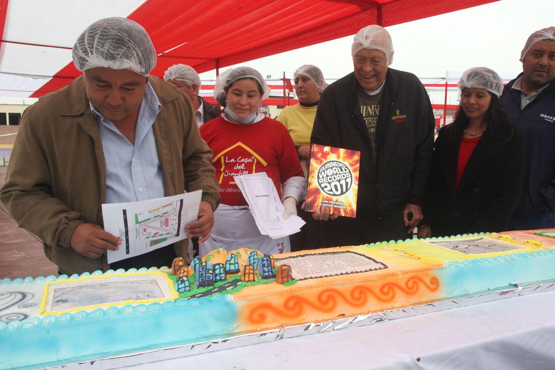 Alcalde de Comas, Nicolás Kusunoki, junto al  promotor de Record Guinness, Felipe Carbonell, inspeccionan la elaboración de la torta más grande del mundo en el Centro Cívico del distrito de Comas. Foto: ANDINA / Hécor Vinces