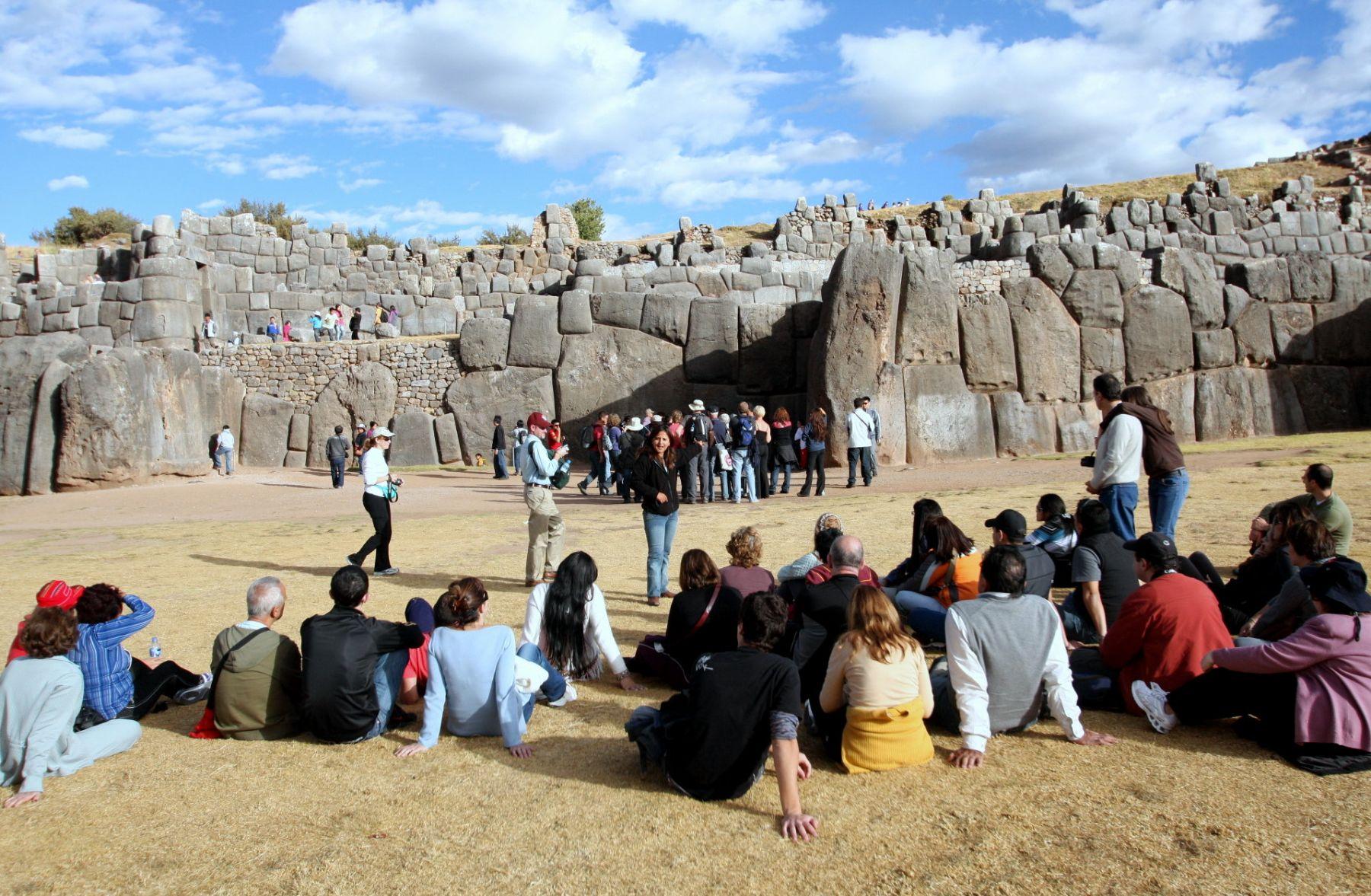 Tourists at Sacsayhuaman in Cusco. Photo:ANDINA/Percy Hurtado