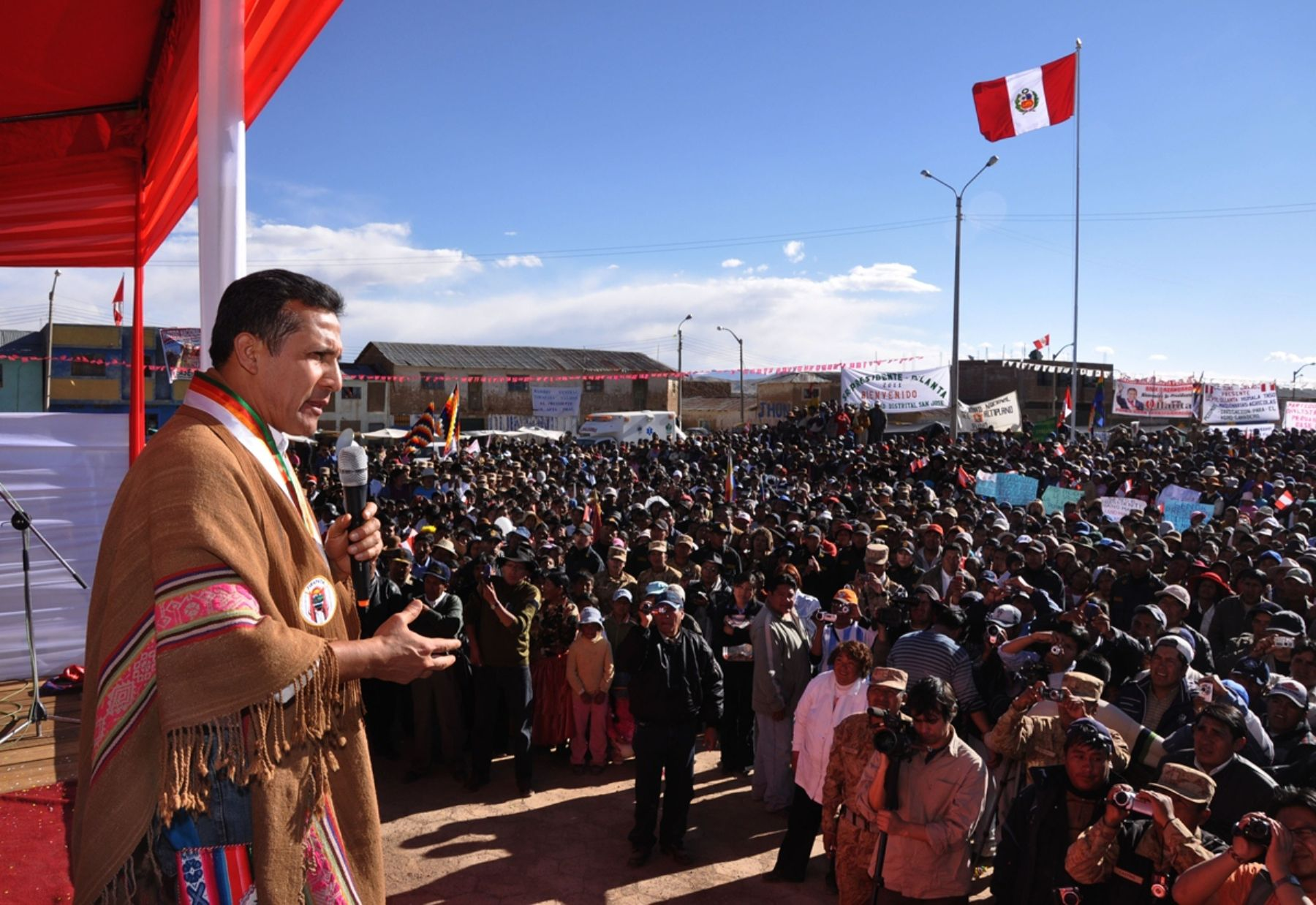 Peruvian President Ollanta Humala  travels to Puno to bring humanitarian aid for those affected by the cold weather in this southern region. Photo:ANDINA/Presidency of the Republic