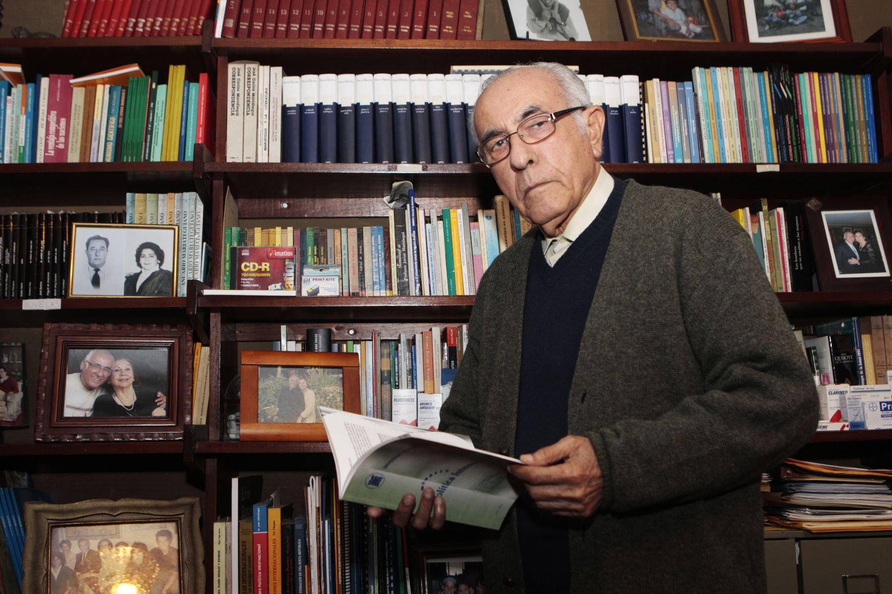 Entrevista a internacionalista Ernesto Velit Granda. Foto: ANDINA/Jack Ramón.
