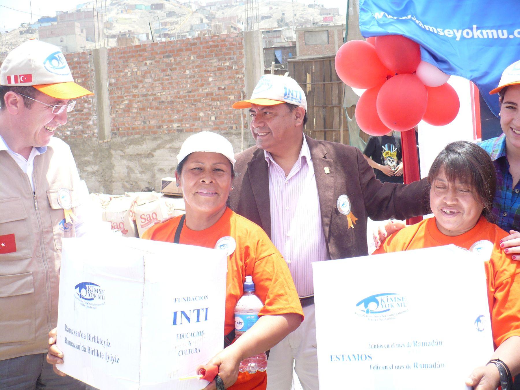 Pobladores de Pachacámac reciben víveres como donativos.