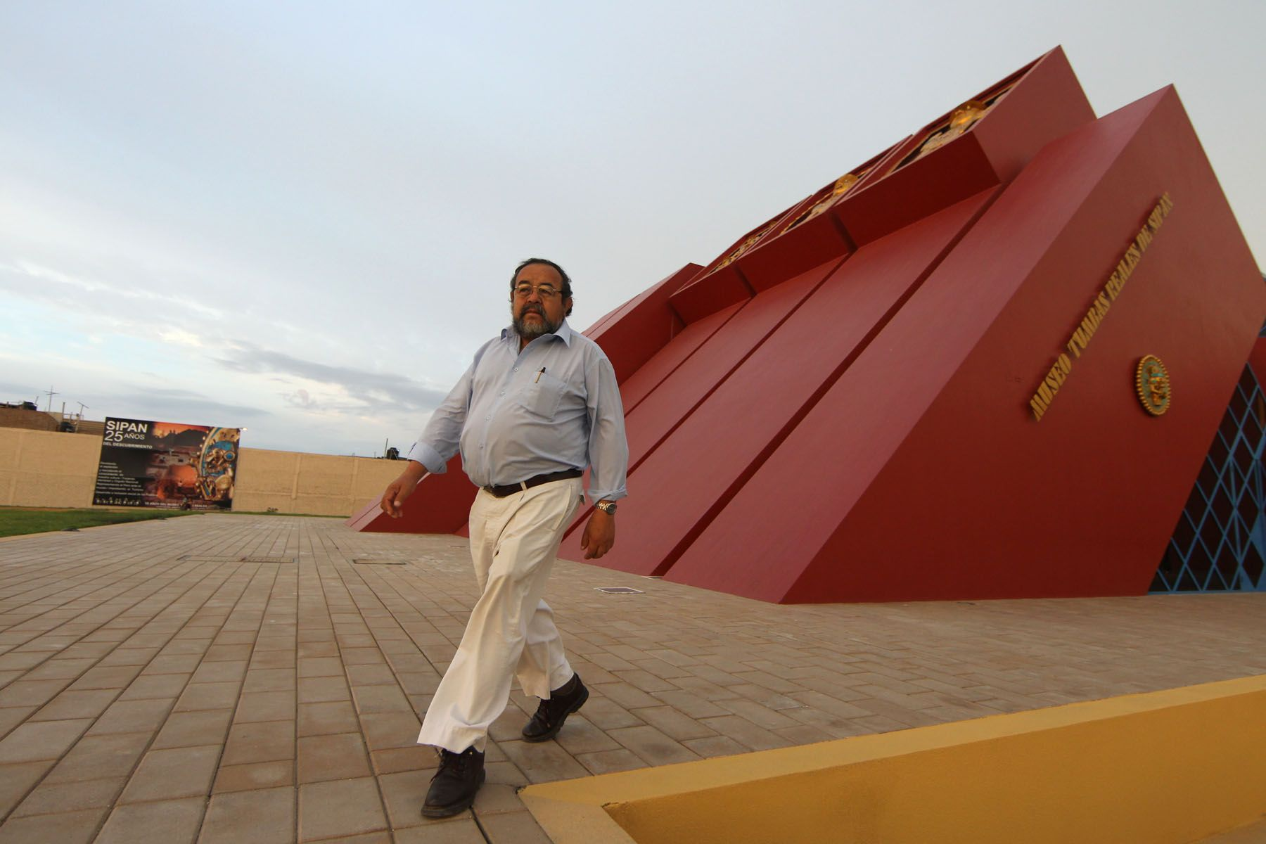Walter Alva walks outside the Royal Tombs of Sipan Museum in Lambayeque, Peru. Photo: ANDINA/Carlos Lezama.