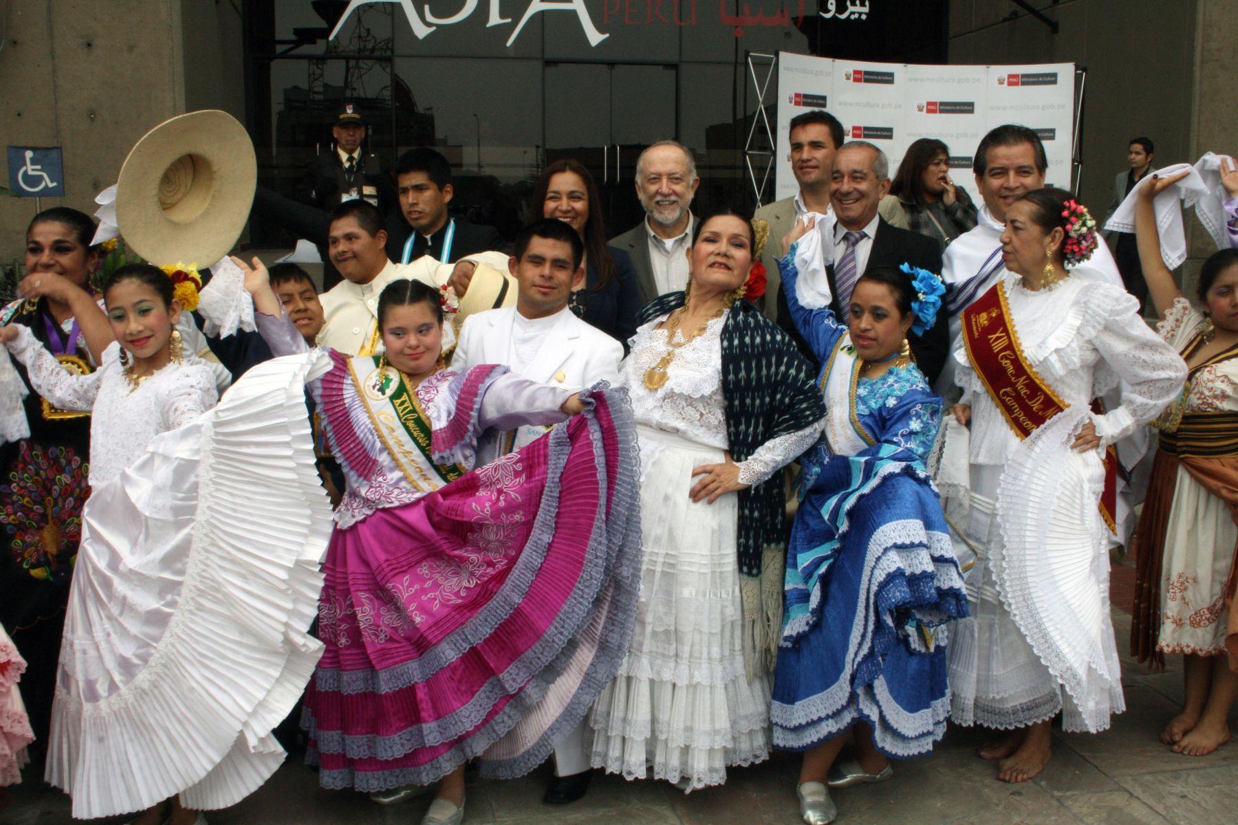 Con algarabía celebran Día de la Marinera en sede del Ministerio de ... 85826d5580f