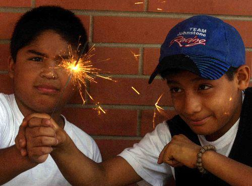 Hasta una luz de bengala o chispita mariposa puede ser peligrosa para los niños. Foto: ANDINA/Difusión