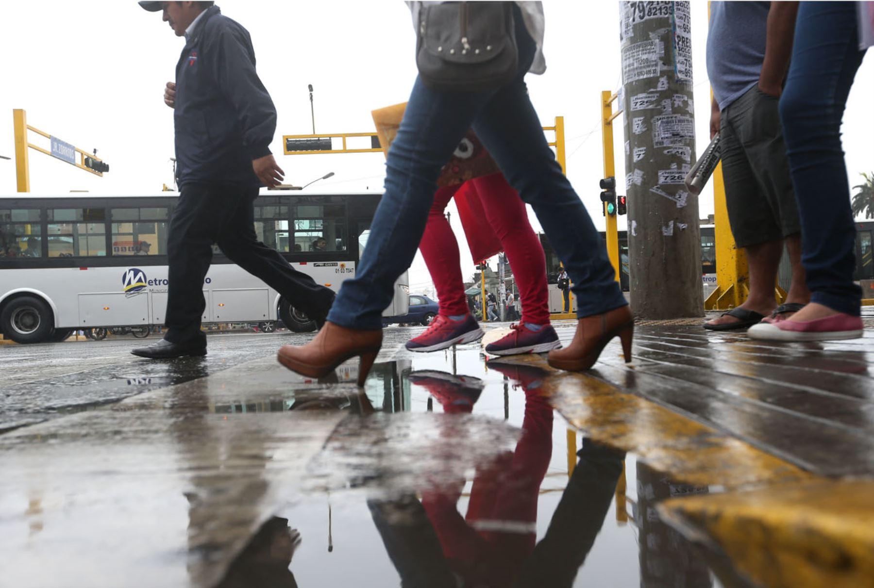 LIMA PERU, ENERO 8. Intensa llovizna sorprende a limeños. Foto: ANDINA/Melina Mejía