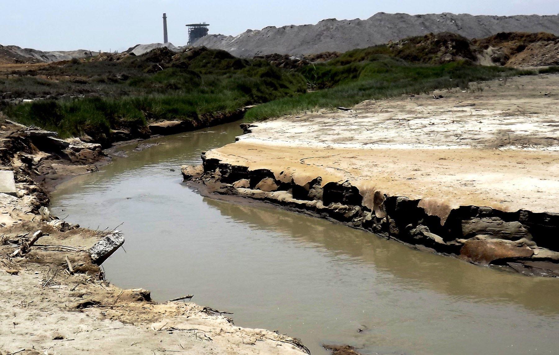 OEFA ordenó a la empresa papelera Trupal detener el vertimiento de los efluentes industriales a playa ubicada en Ascope, La Libertad.