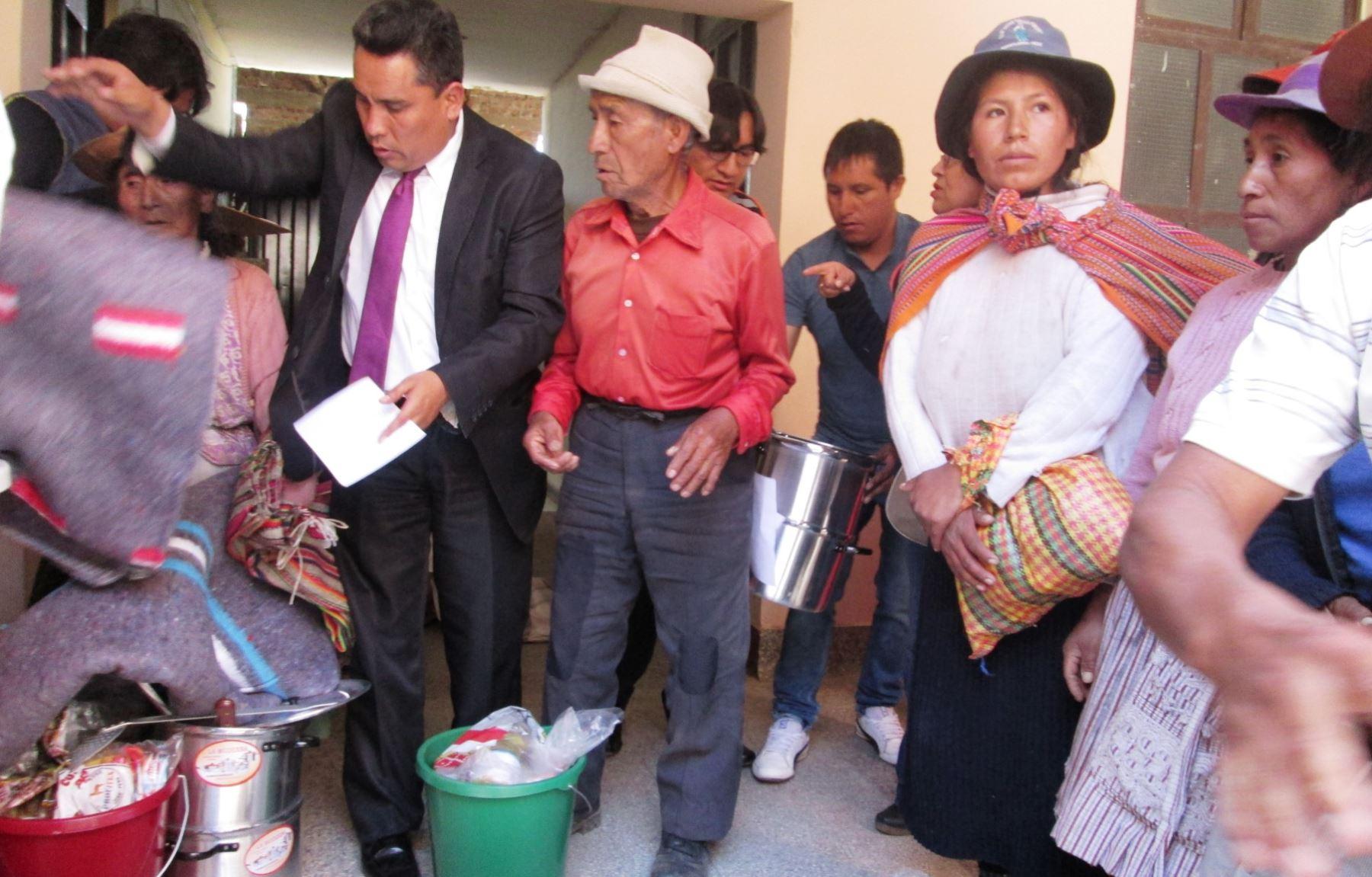Entregan ayuda humanitaria a los afectados por una fuerte granizada en Huayucachi, en Huancayo, Junín. ANDINA/Pedro Tinoco
