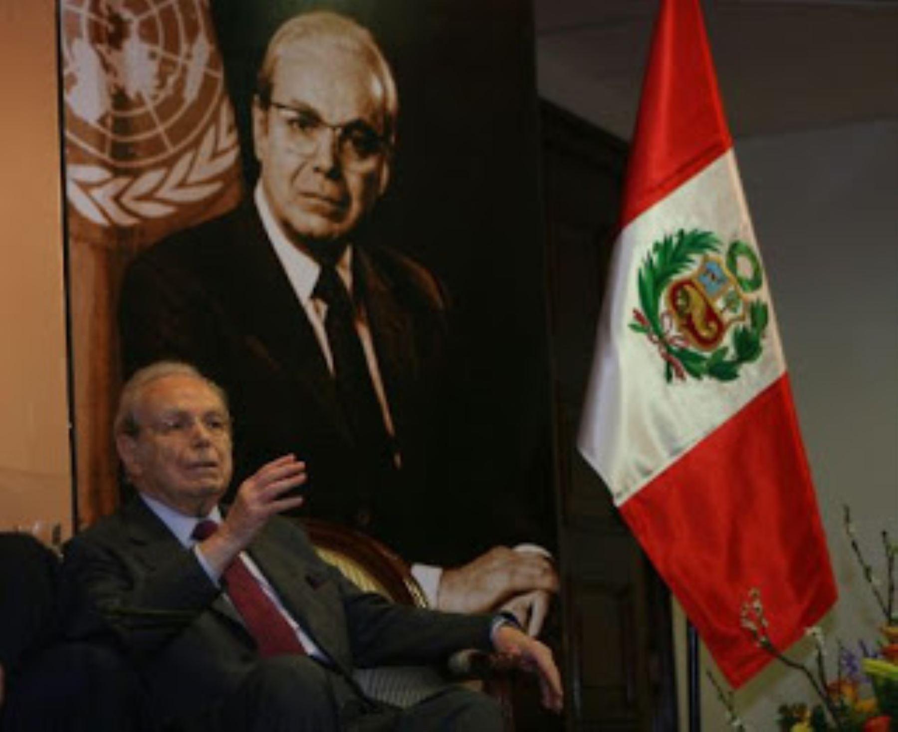 Presidente Vizcarra saluda a Javier Pérez de Cuéllar por sus 100 años