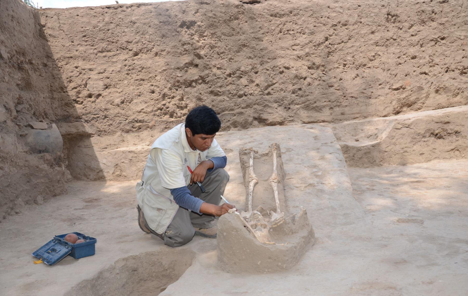 Seis entierros humanos fueron hallados en un pequeño templo de la huaca Santa Rosa de Pucalá. ANDINA