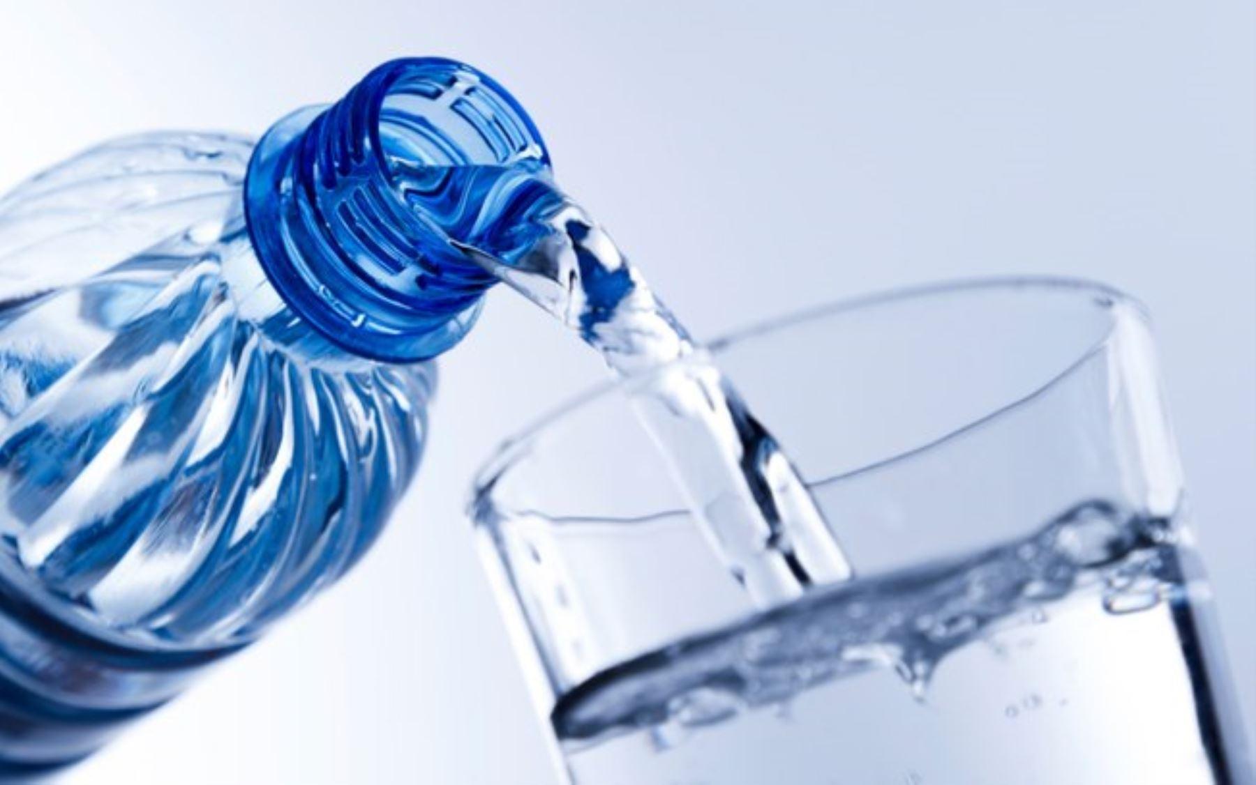 Bebiendo mucha agua se evita el mal funcionamiento del cuerpo. Foto: Andina