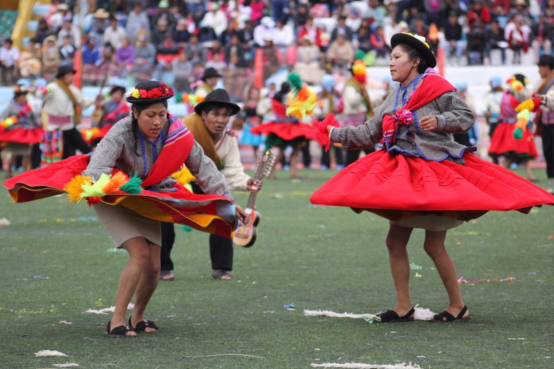 """La festividad de la Virgen de la Candelaria, en la ciudad de Puno, tiene hoy una de sus principales actividades tradicionales llenas de colorido y alegría: el concurso de danzas autóctonas que convierten a Puno en la """"Capital del Folclor Peruano"""". ANDINA/Difusión"""