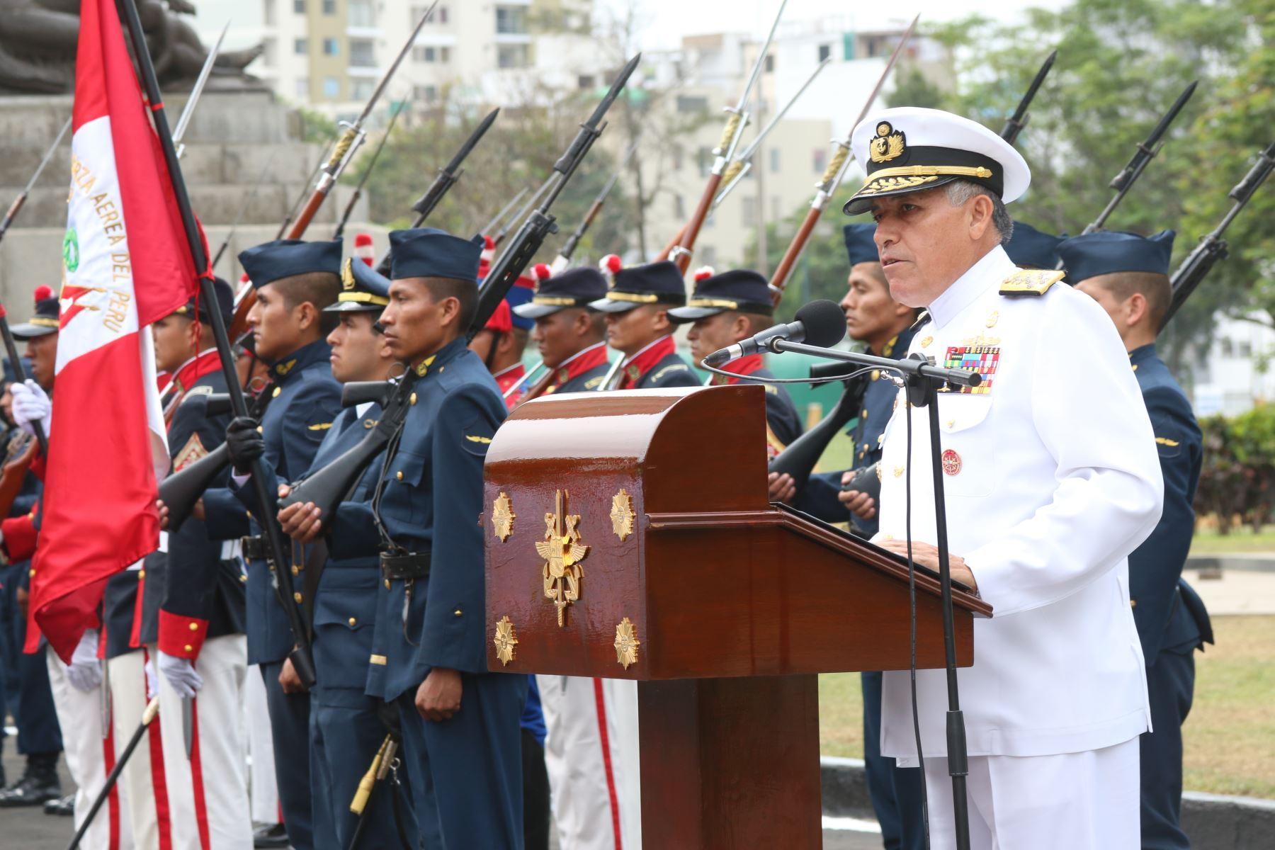 El jefe del Comando Conjunto de las FF AA, Jorge Moscoso, encabezó la ceremonia por el aniversario de esta institución.