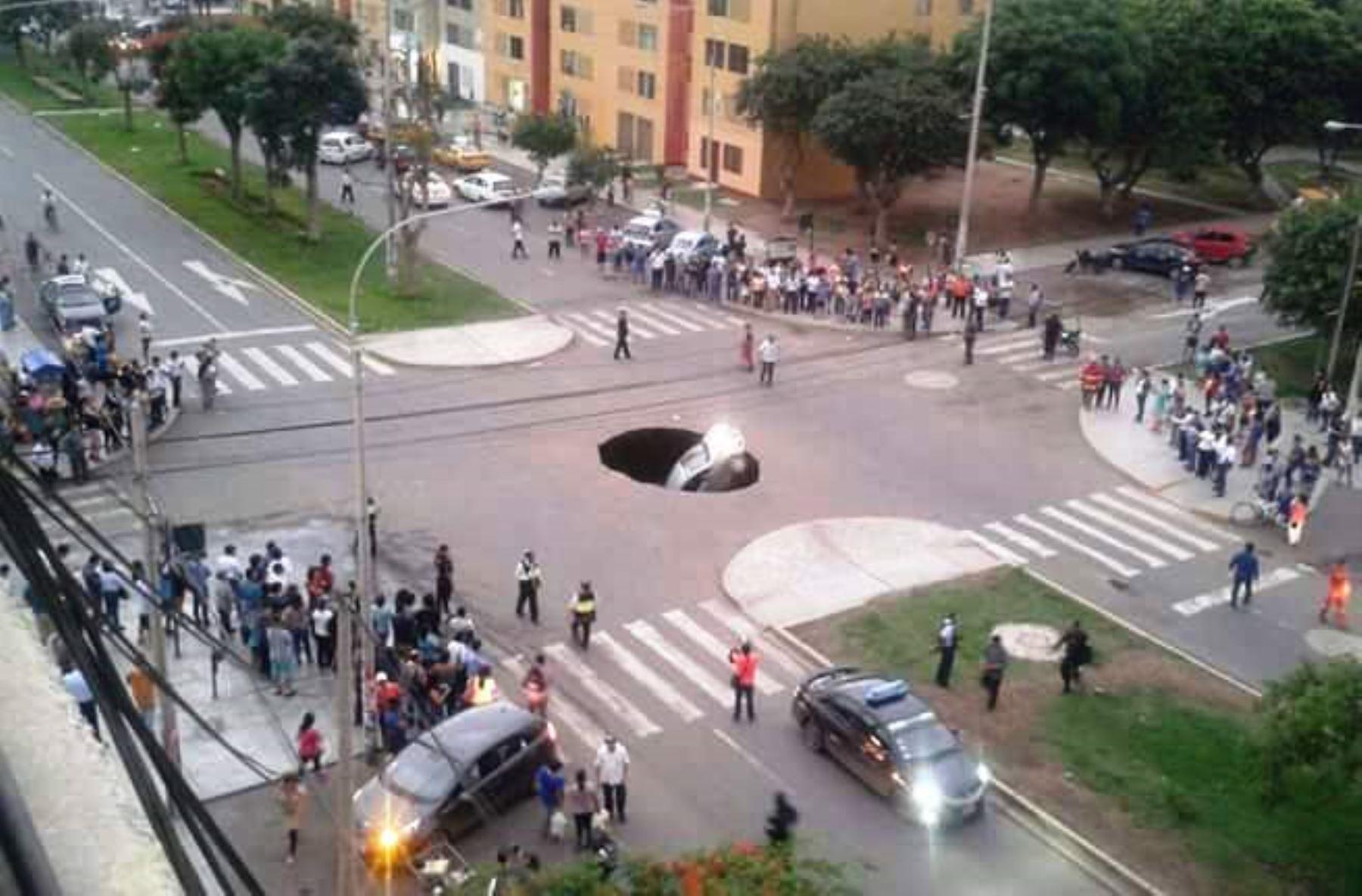 Auto cayó a forado tras hundimiento de pista en Trujillo. ANDINA