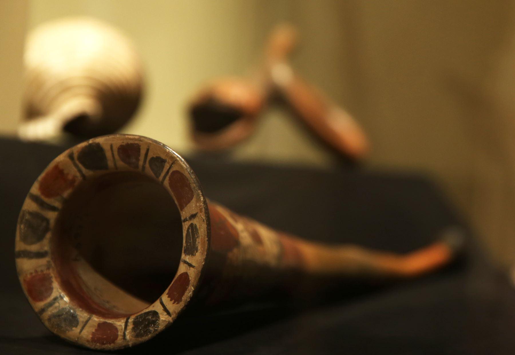 Instrumento precolombino de viento parecido a una corneta, parte de la exposición de la muestra Sonidos del Ande. Foto: EFE