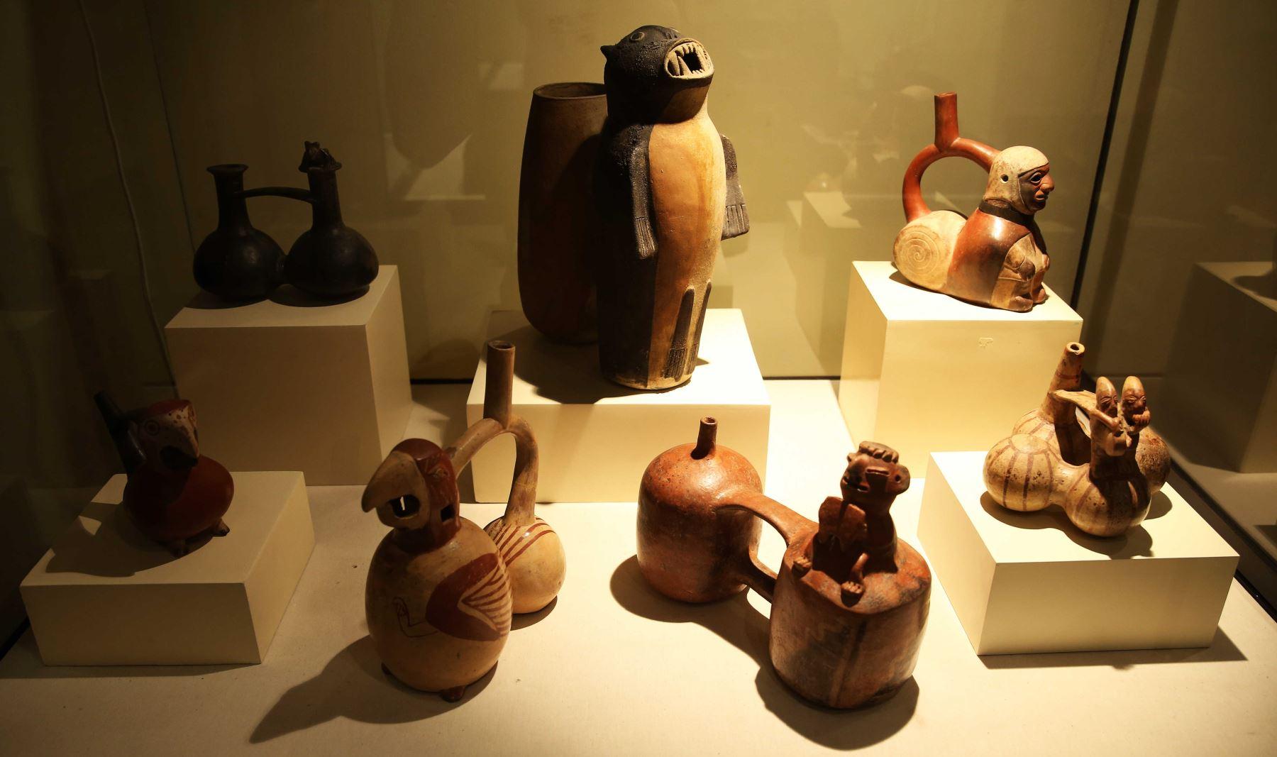 Conjunto de cerámicas del tipo vasijas silbadoras, parte de la exposición de la muestra Sonidos del Ande. Foto: EFE