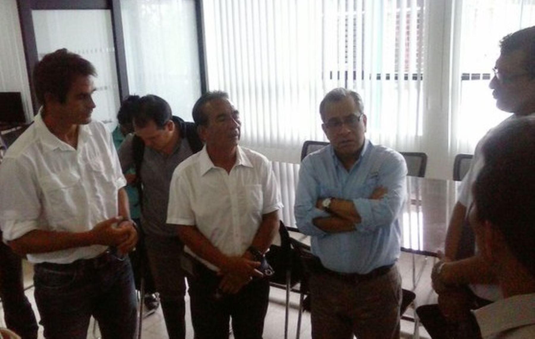 En 12 colegios públicos de Tumbes se postergará el inicio de clases, previsto para el 14 de marzo en todo el país, debido a los daños sufridos en su infraestructura como consecuencia de las intensas lluvias provocadas por el Fenómeno El Niño, anunció hoy el ministro de Educación, Jaime Saavedra.