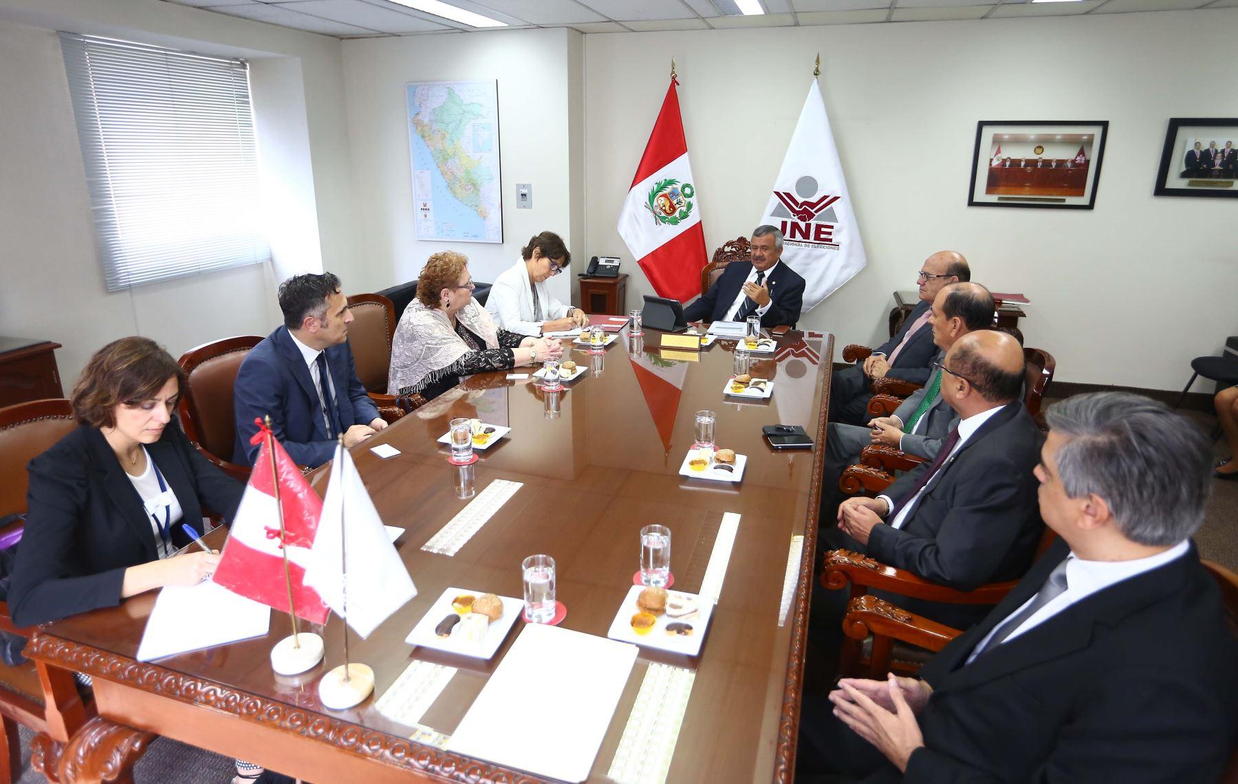 Observadores de la Unión Europea y OEA se reúnen con representantes del JNE.