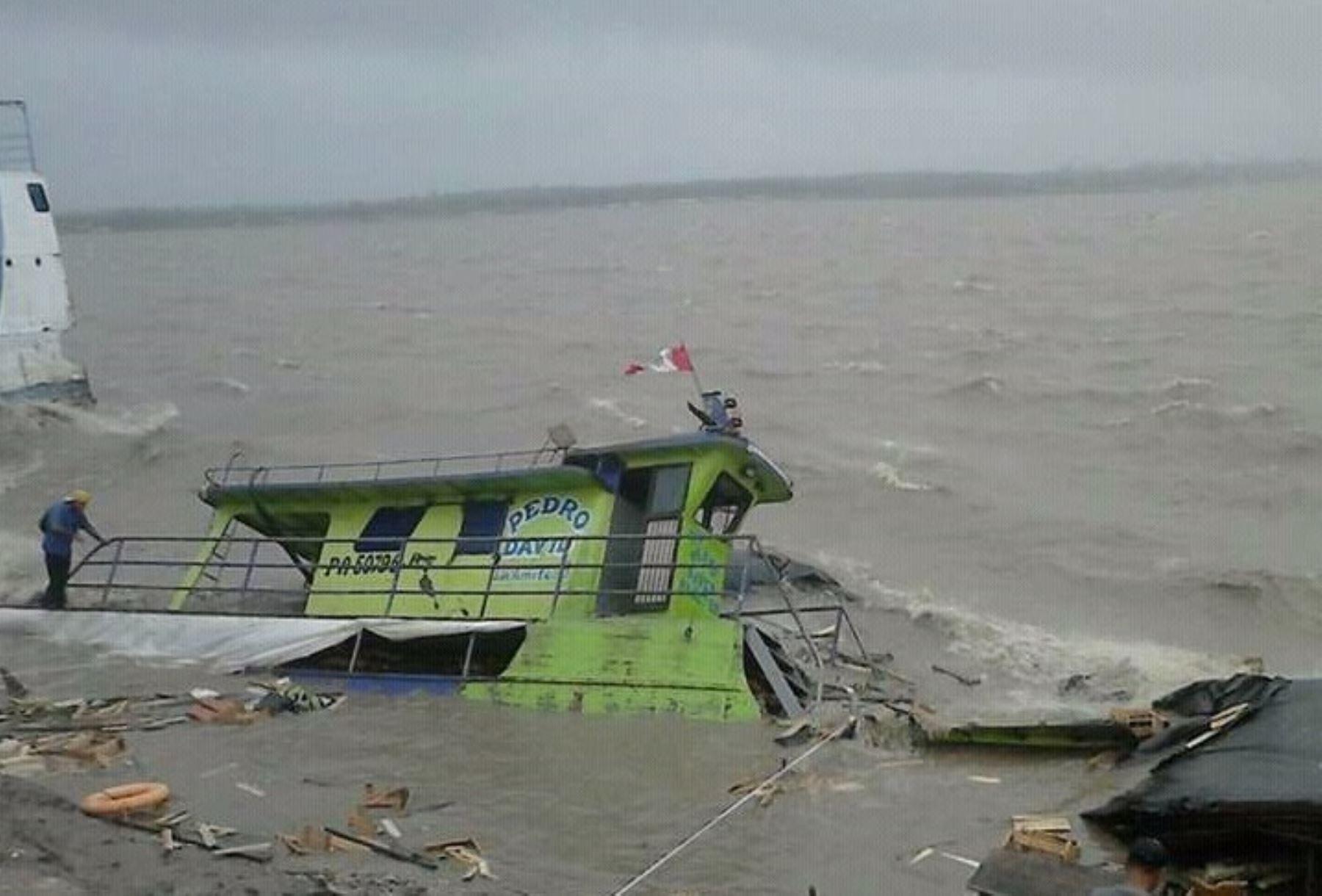 Fuertes vientos provocaron el hundimiento de embarcaciones sobre el río Ucayali. Foto: Facebook Batidas policiales