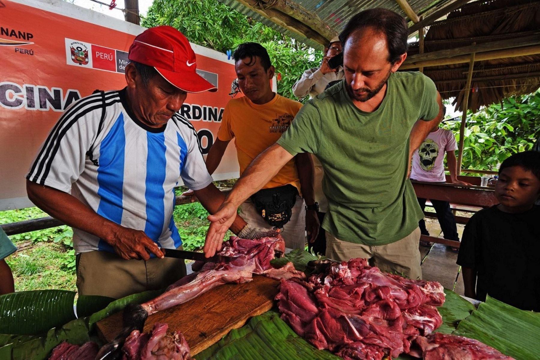 """Con el objetivo de promover un modelo de aprovechamiento sostenible de la carne de monte por parte de las poblaciones locales, el Servicio Nacional de Áreas Naturales Protegidas por el Estado (Sernanp), en sinergia con el reconocido chef Pedro Miguel Schiaffino, lanzaron la iniciativa """"Conservación, Cultura y Cocina Amazónica""""."""