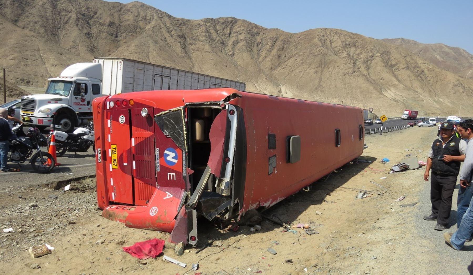 El despiste y la volcadura de un bus de transporte interprovincial de pasajeros, hoy a la altura del kilómetro 435 de la Panamericana Norte, en la región La Libertad, dejaron un saldo lamentable de 15 fallecidos y un número similar de heridos