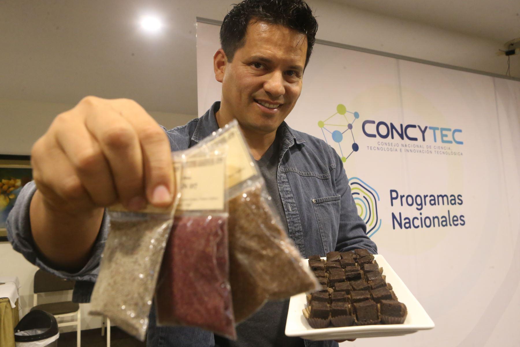 Flavio Solórzano del Señorío de Sulco, muestra granos de kañihua y fuente de brownie elaborados con kañiwaco. ANDINA/Oscar Farje