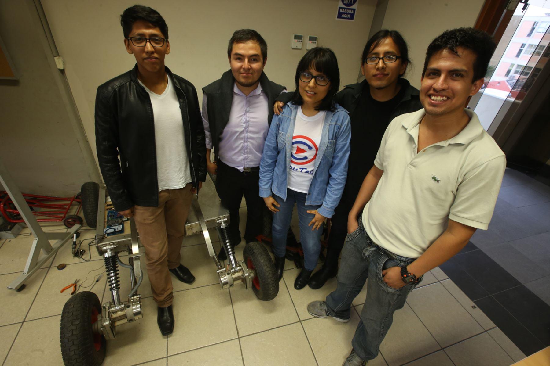 Ingeniera becada para estiudiar en la Nasa y sus compañeros de labortario Smart Machine CTIC UNI. Foto: ANDINA/Juan Carlos Guzmán